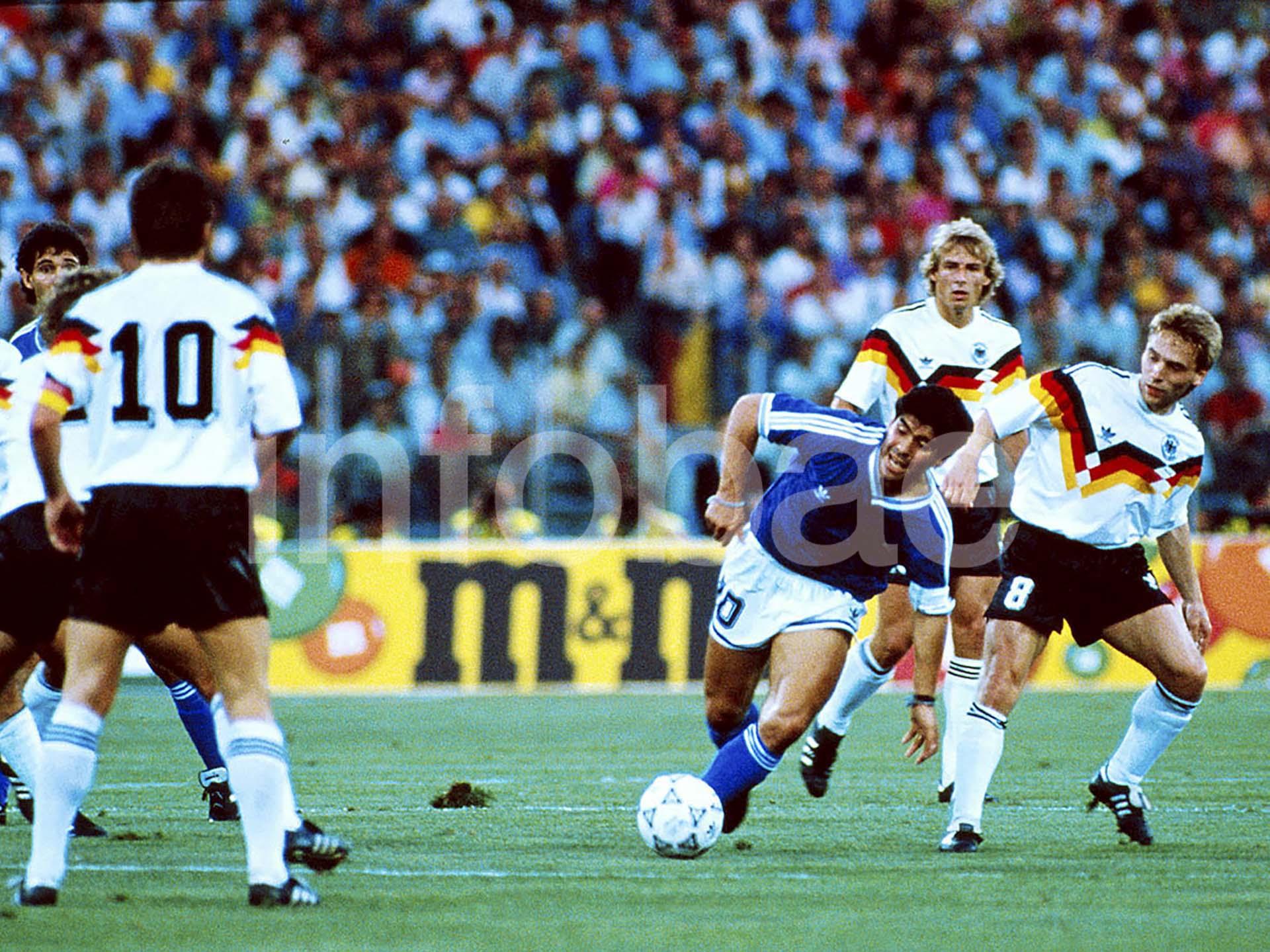 Diego Maradona lleva la pelota ante Alemania en un tramo de la final del Mundial de 1990 que quedaría en manos de los europeos