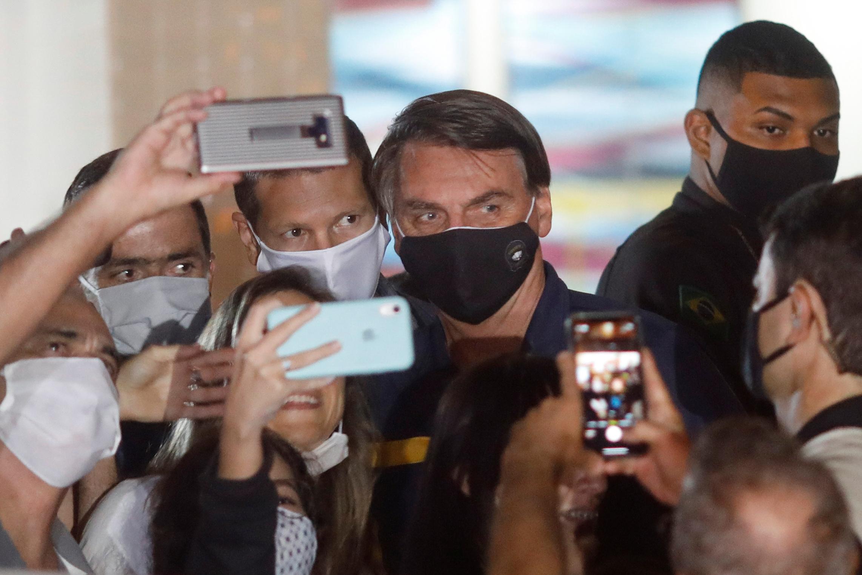 En la medida en que la crisis por coronavirus se agravó en Brasil, Bolsonaro cedió y apareció públicamente con máscara facial cada vez más REUTERS/Adriano Machado
