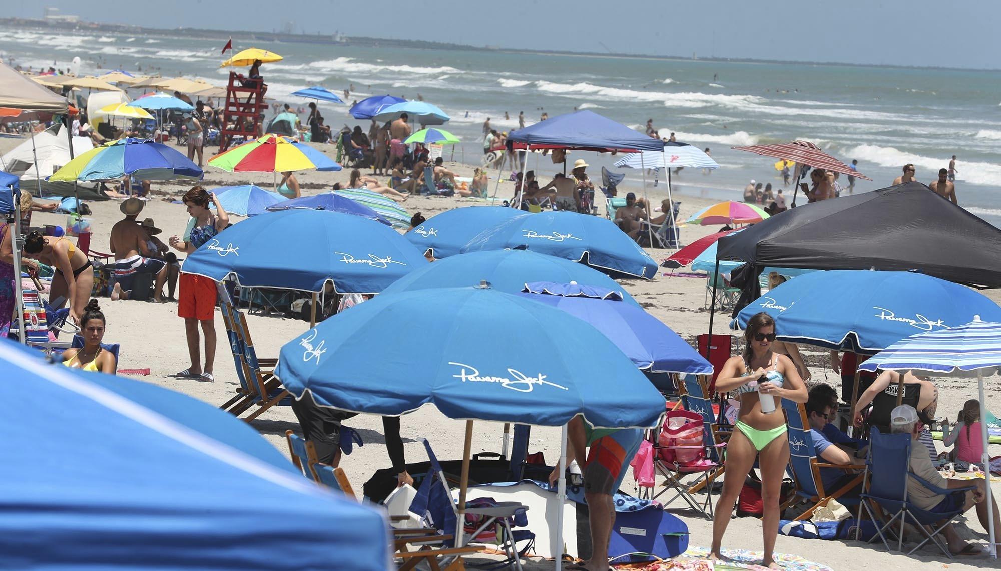 Cocoa Beach, en Florida. En Miami, donde la reapertura económica del estado llegó con retraso debido a la alta incidencia del COVID-19, todas las playas están cerradas, pero los parques y los paseos junto al mar están abiertos