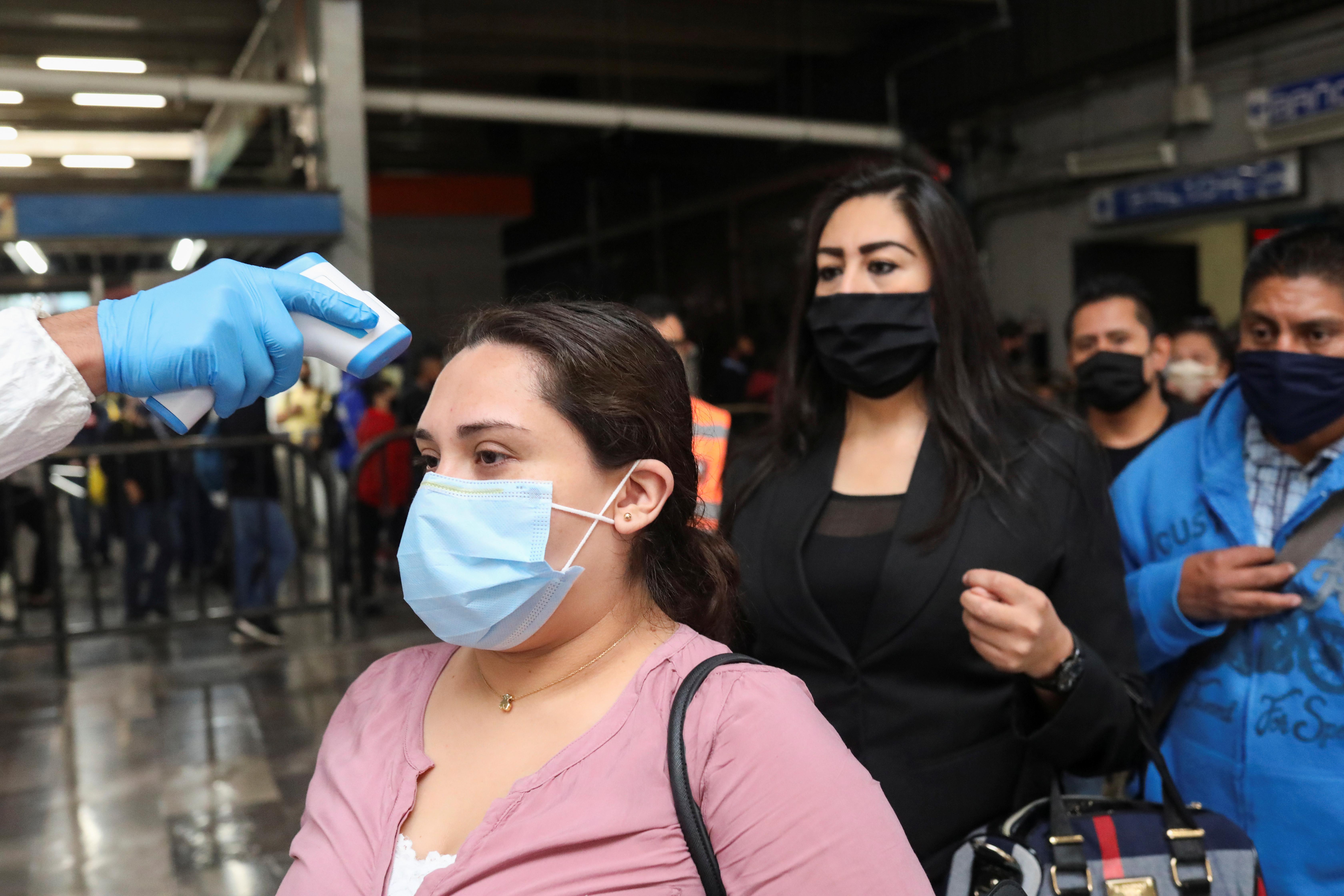 Un empleado verifica las temperaturas de los pasajeros con un escáner térmico en una estación de metro después de que el gobierno de la ciudad levantó las restricciones. Ciudad de México, México 15 de junio de 2020. Foto: Reuters.