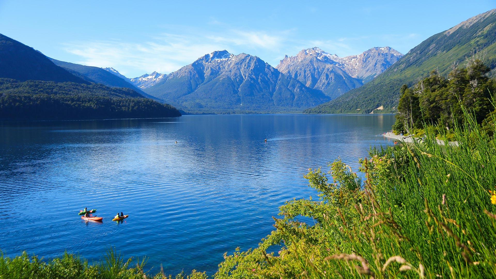 En su interior se encuentra el Lago Mascardi, con un largo máximo de 23 km, un ancho de 4 km y una profundidad máxima de 218 metros. Es un