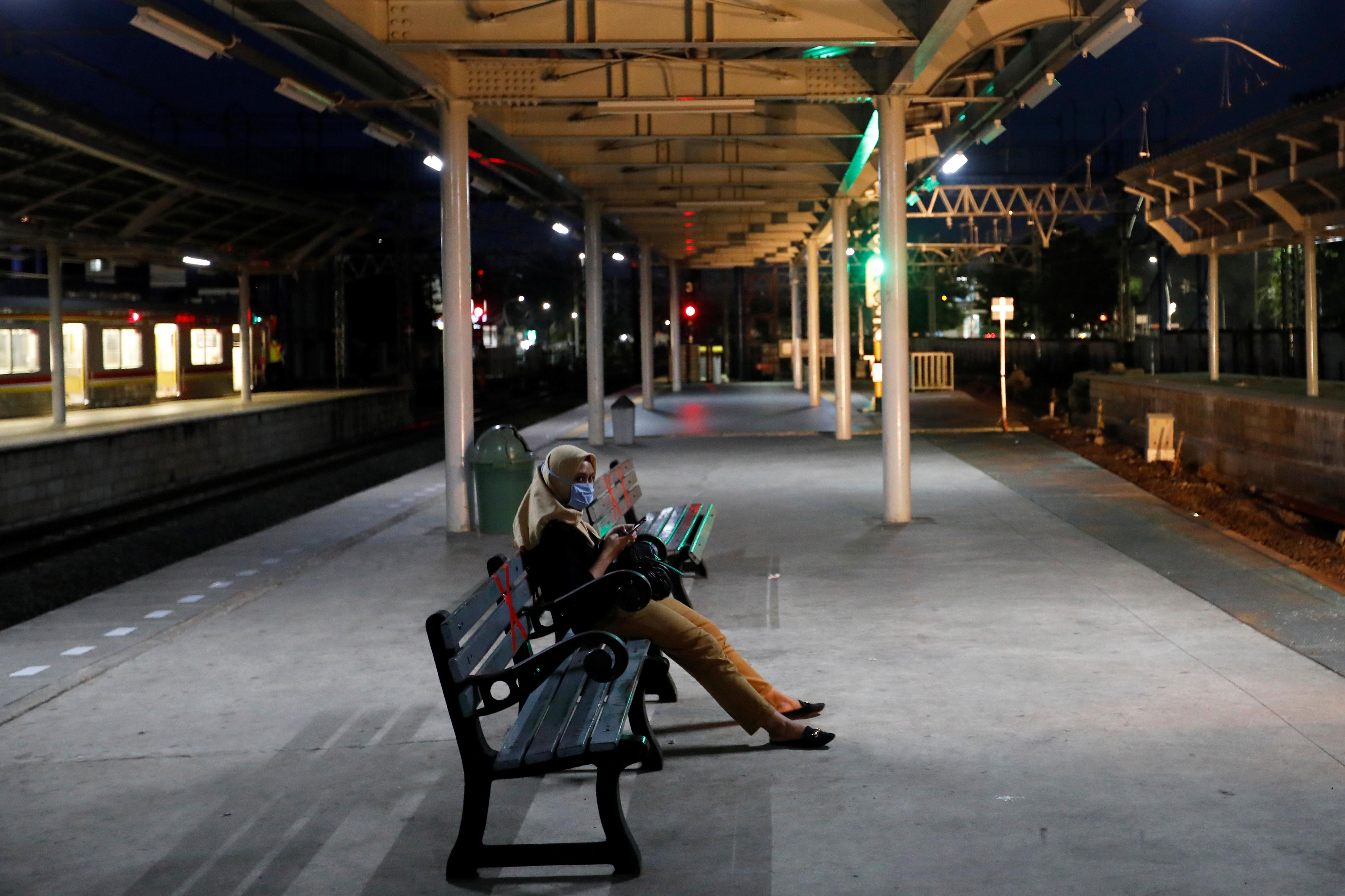 Una mujer espera un tren en Jakarta, Indonesia (REUTERS/Willy Kurniawan)