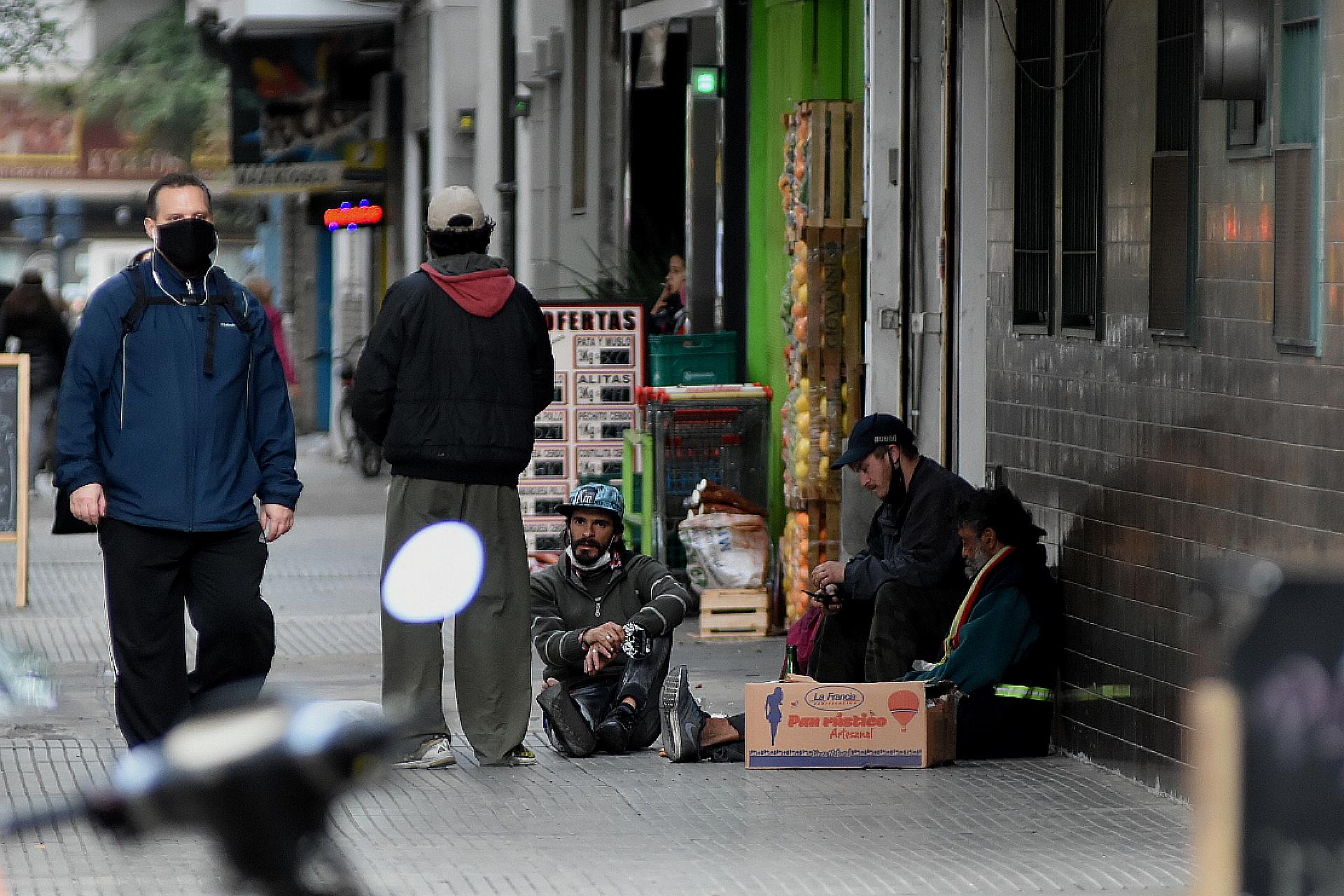 El Gobierno porteño también entrega un subsidio habitacional para personas que están en situación de calle puedan alquilar una habitación en algún hotel. Según el 2° censo popular, 2.314 afirmaron que no lo reciben: representan el 77% del total de las personas en esta condición.