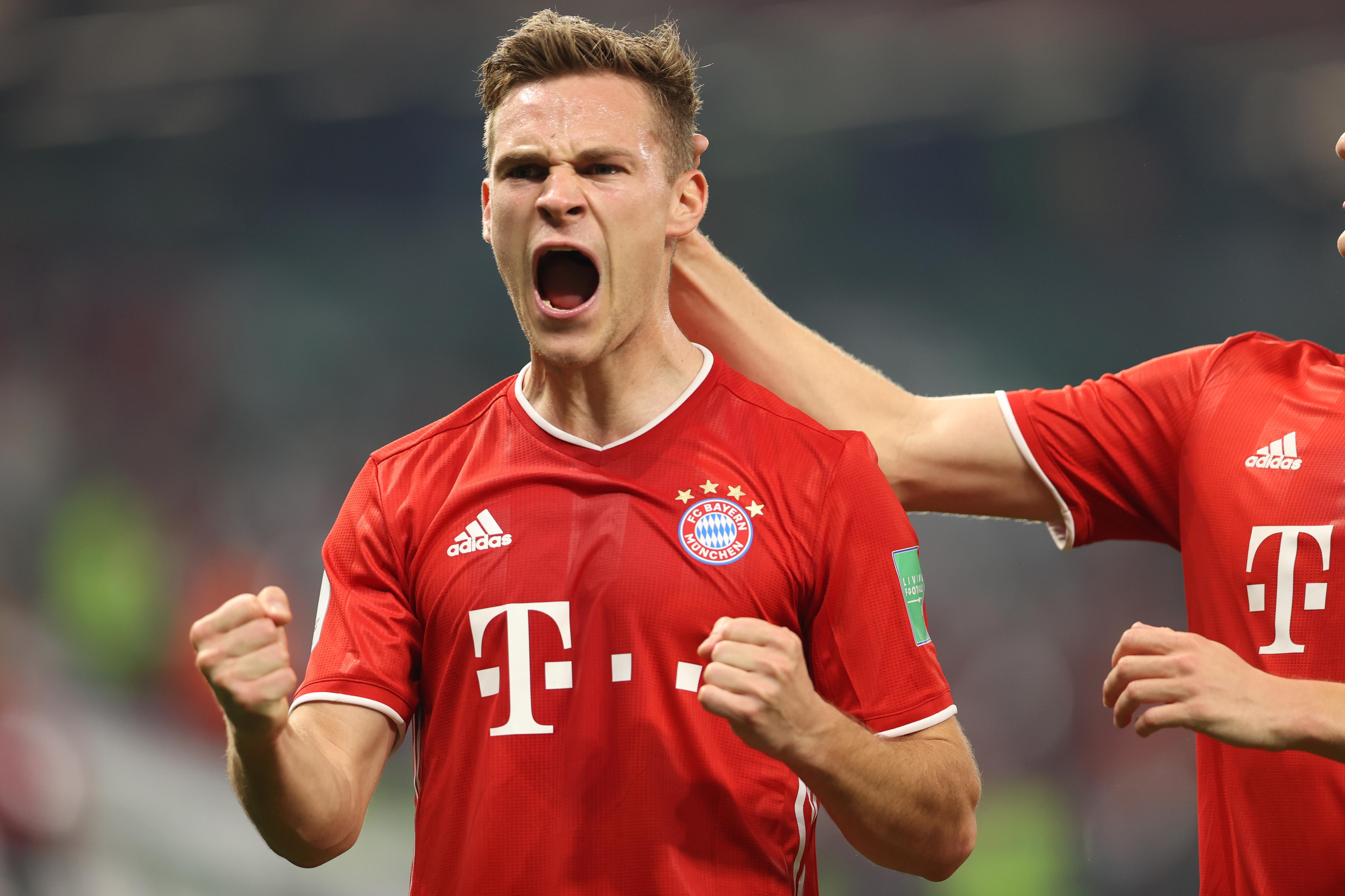 Joshua Kimmich del Bayern Múnich celebra el primer gol que luego es anulado por el VAR. Estadio Ciudad de la Educación en Rayán, Catar.