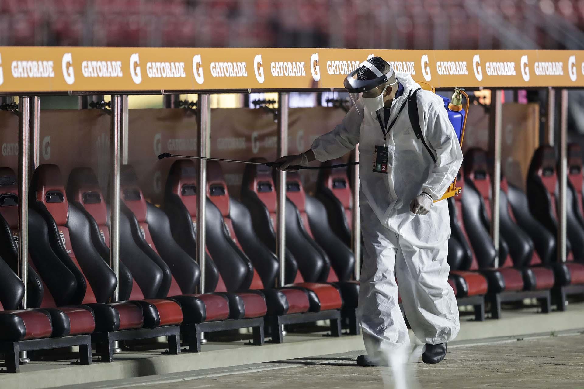 Limpieza en los bancos de suplentes en el Morumbí (Andre PENNER / POOL / AFP)