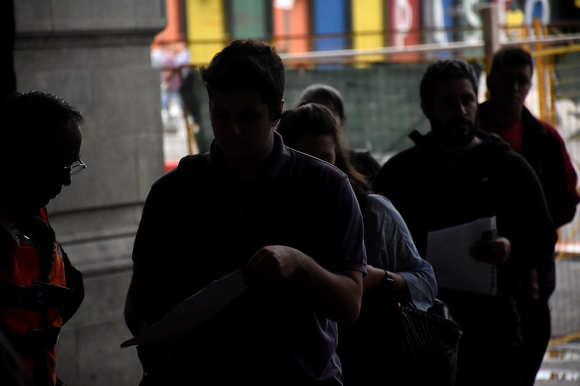 Un policía controla los permisos de circulación