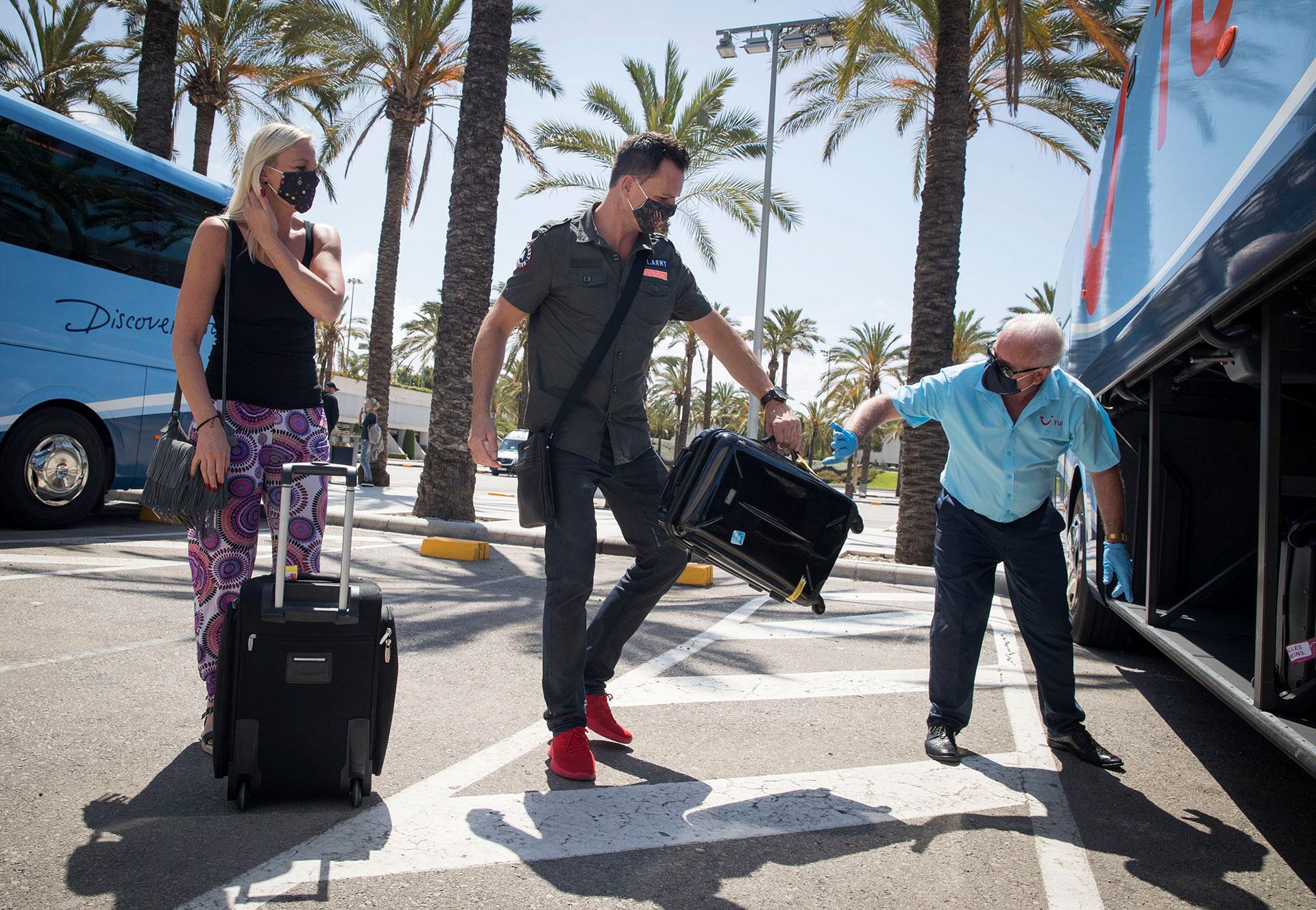 Turistas alemanes abordan un bus que los traslada a su hotel tras su arribo al aeropuerto de Palma de Mallorca.