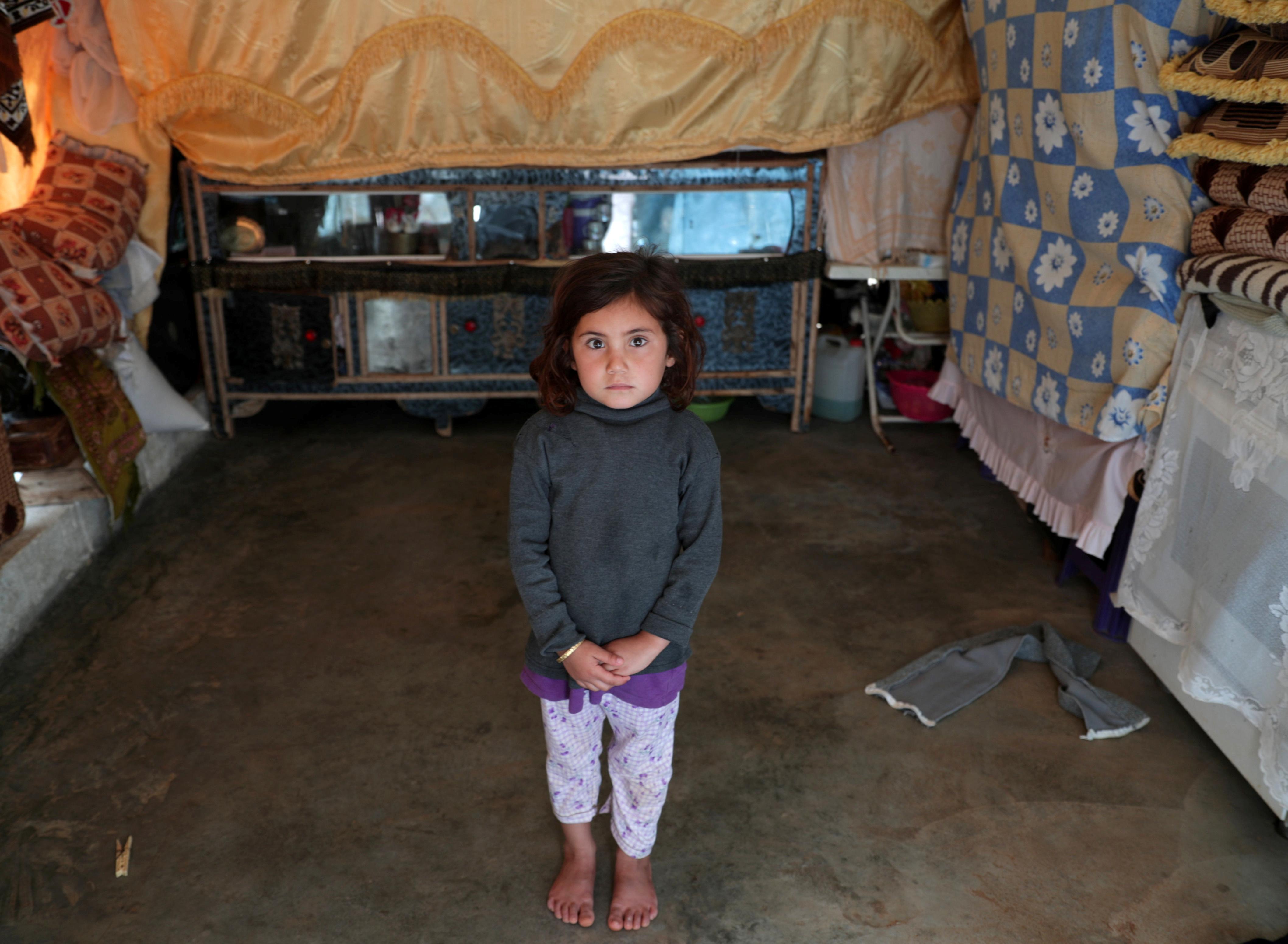 Maysaa Mahmoud, una niña de cinco años desplazada de Homs , posa en su tienda de campaña. A partir de 2011 las familias se han refugiado campamento de Atmeh en la frontera sirio-turca de un conflicto que ha dejado a la mitad de los sirios sin hogar.(REUTERS/Khalil Ashawi)