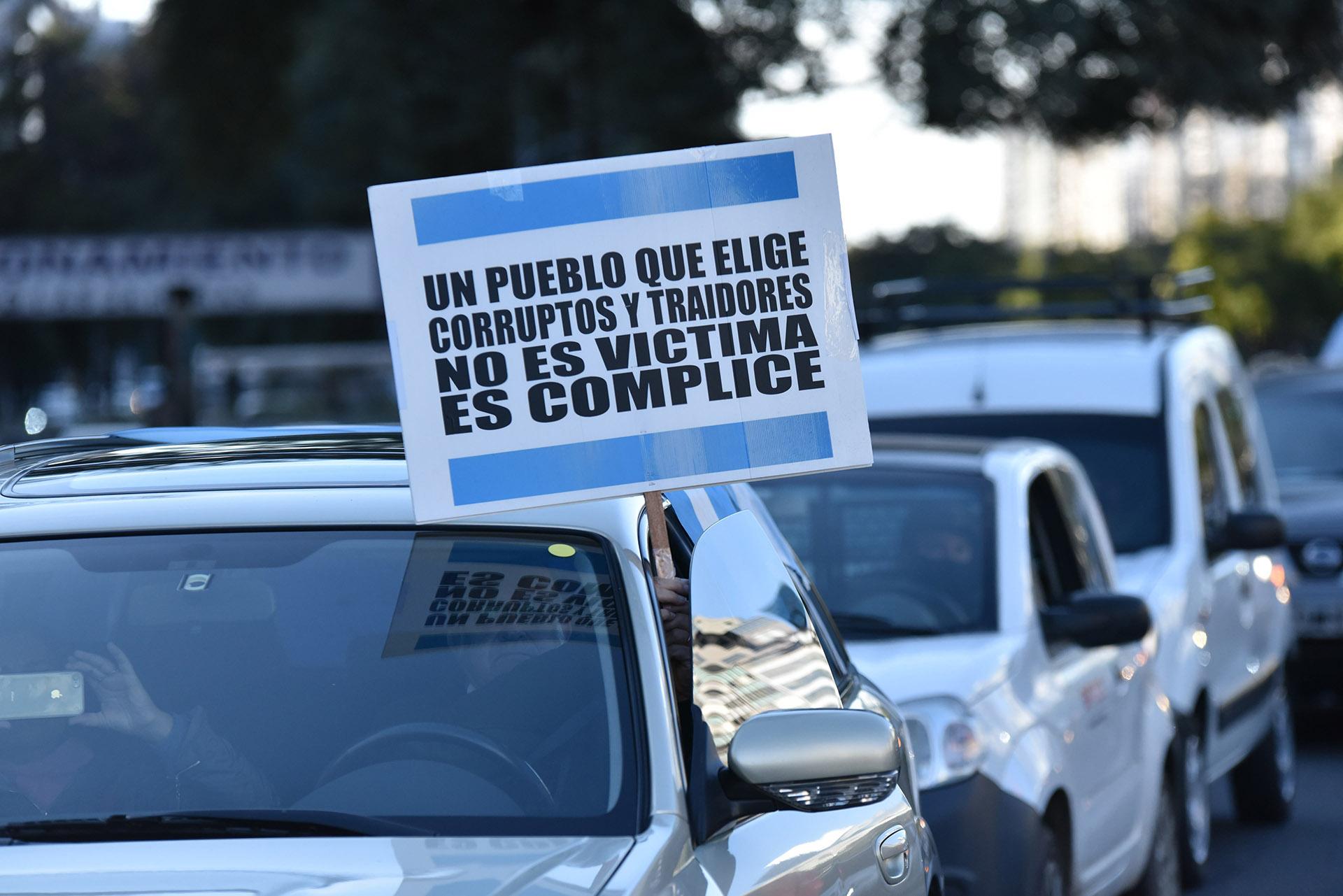 La grieta política de la Argentina quedó expuesta en los carteles y banderas que llevaron los manifestantes