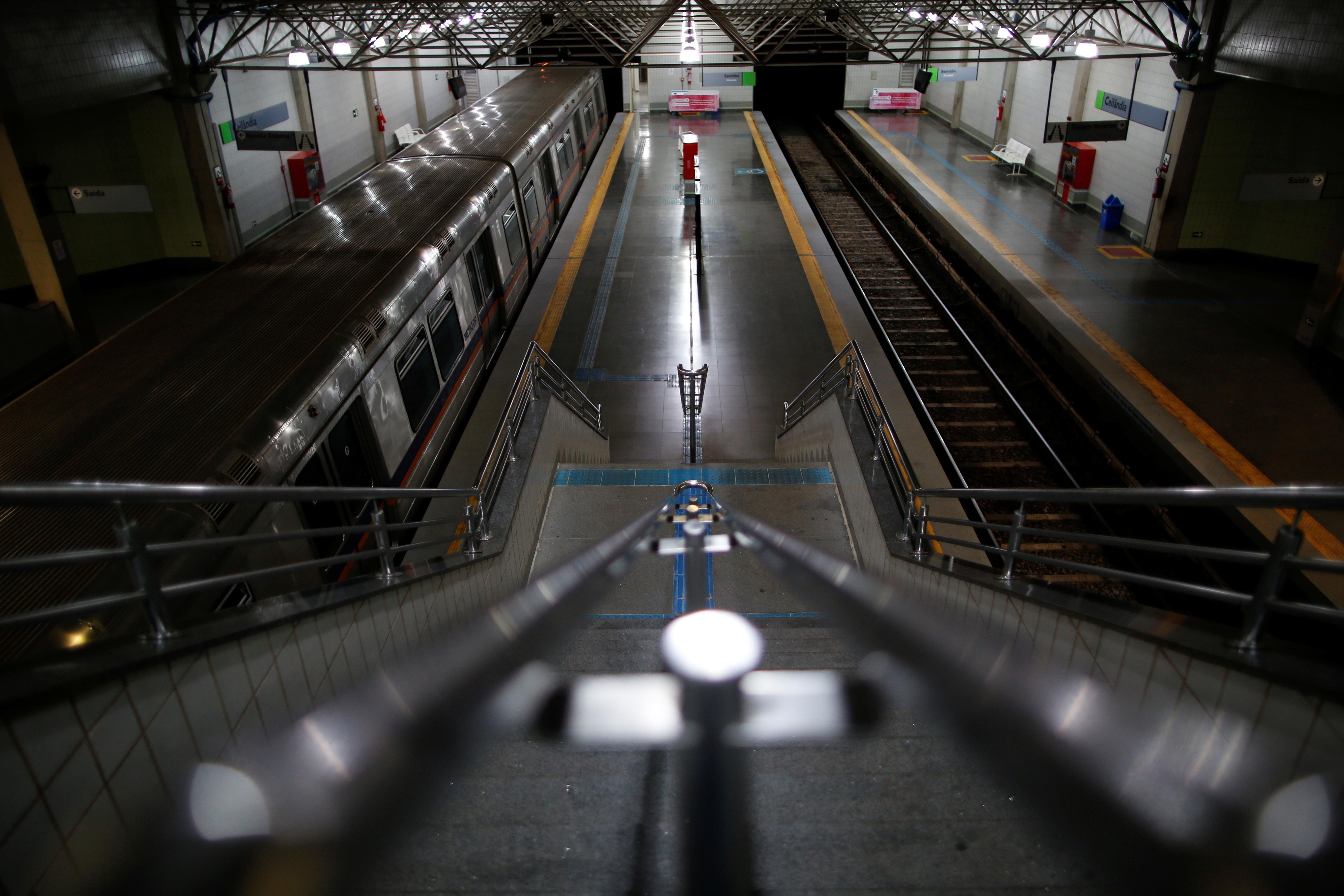 Una estación del metro desierta en Brasilia, Brasil (REUTERS/Ueslei Marcelino)