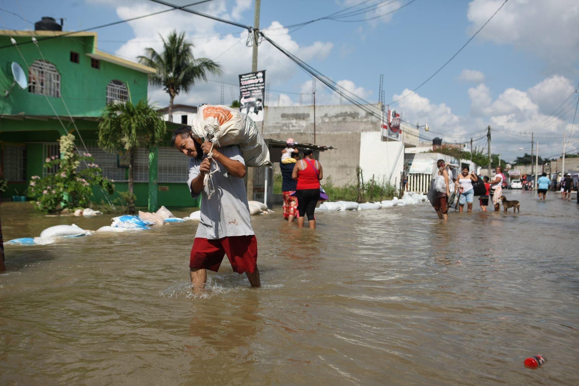 Villahermosa, Tabasco, 8 de noviembre de 2020. El río Carrizal del cual proviene sus aguas de las Presas Peñitas desbordó su caudal en el sector Los Sauces, de la colonia José María Pino Suárez.