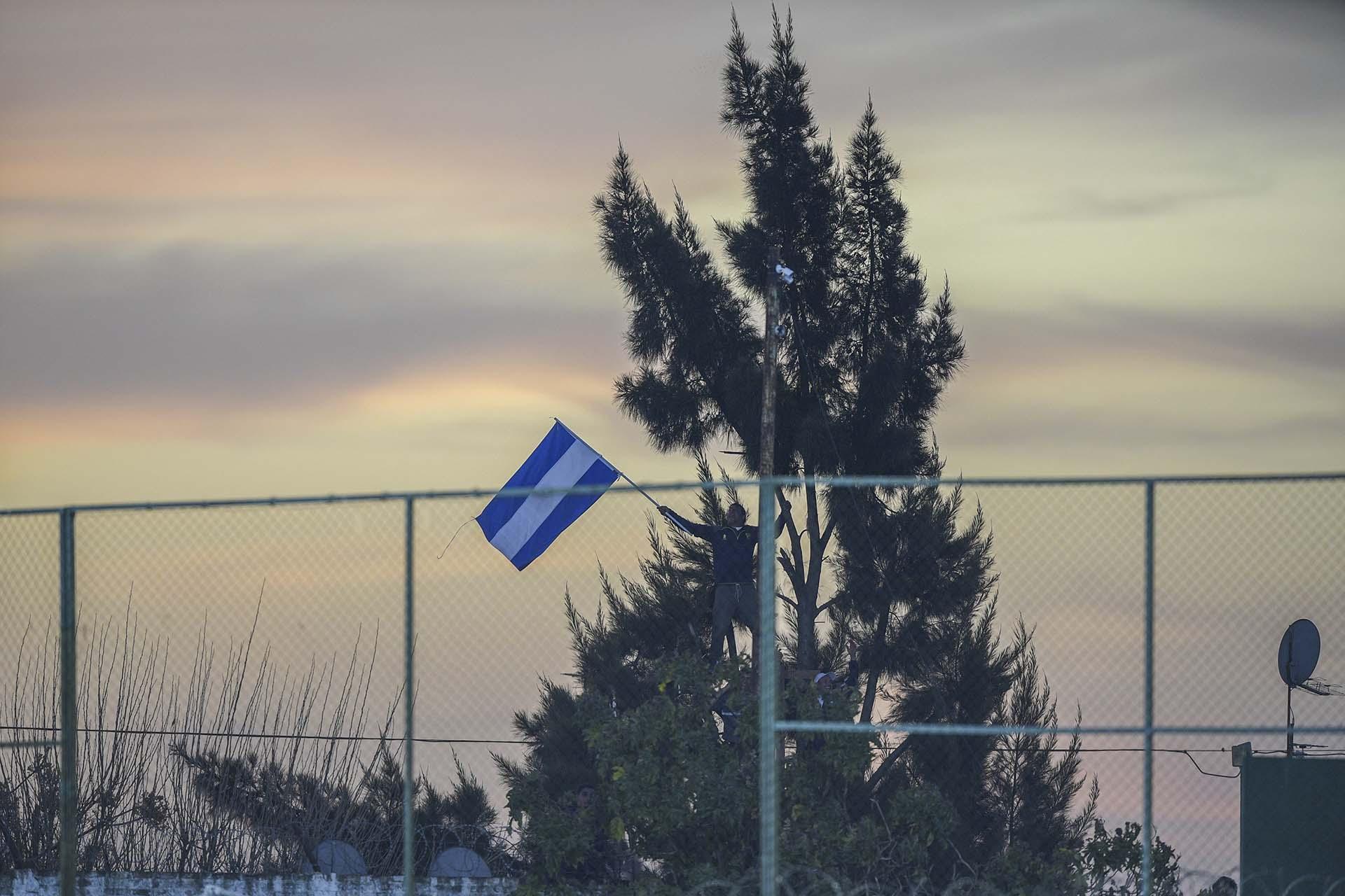 Una bandera se mezcla en el paisaje del estadio de Defensa y Justicia (JUAN MABROMATA / POOL / AFP)
