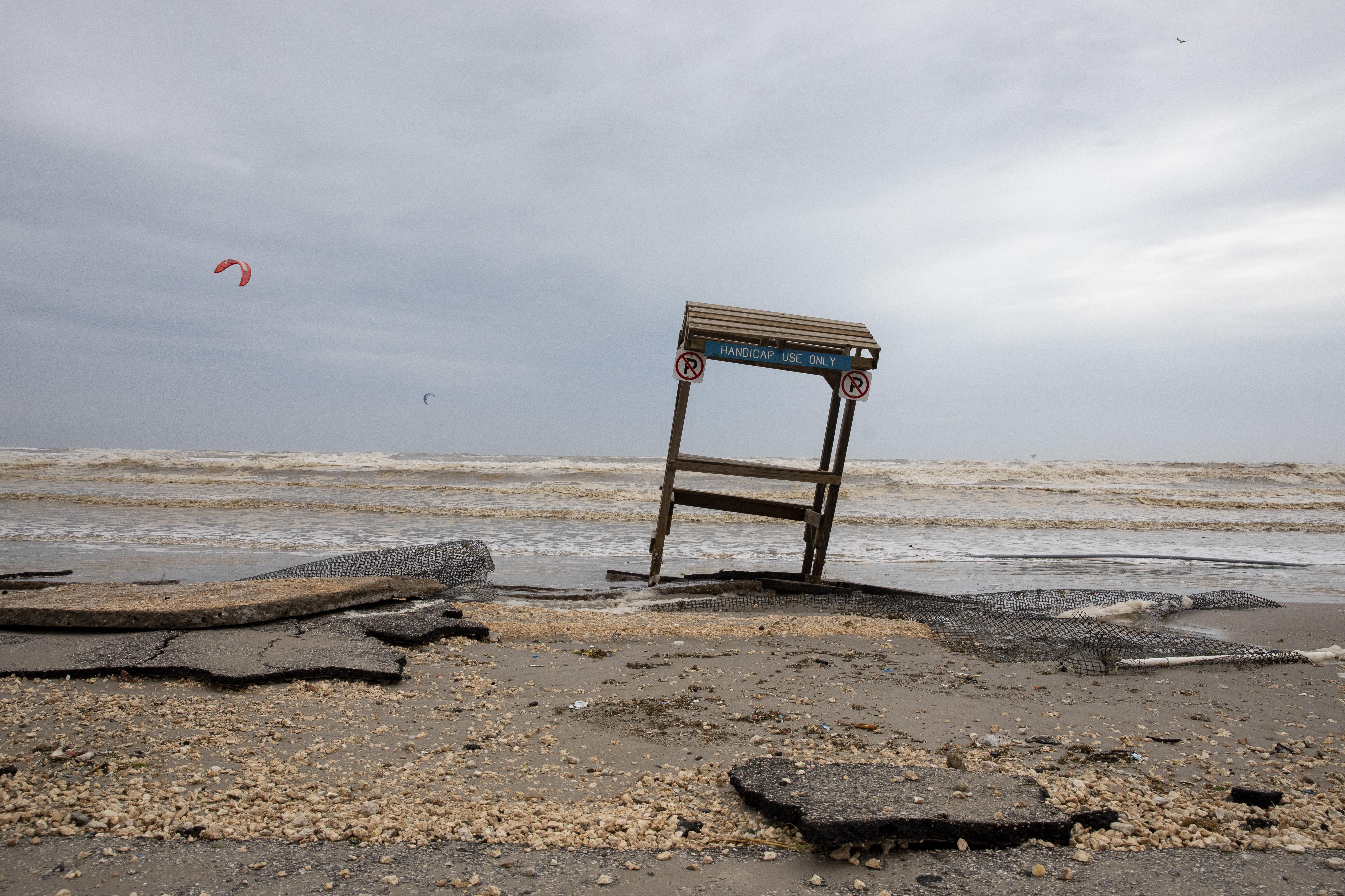 Una playa en Corpus Christi tras el paso de la tormenta (Courtney Sacco/Corpus Christi Caller-Times via AP)