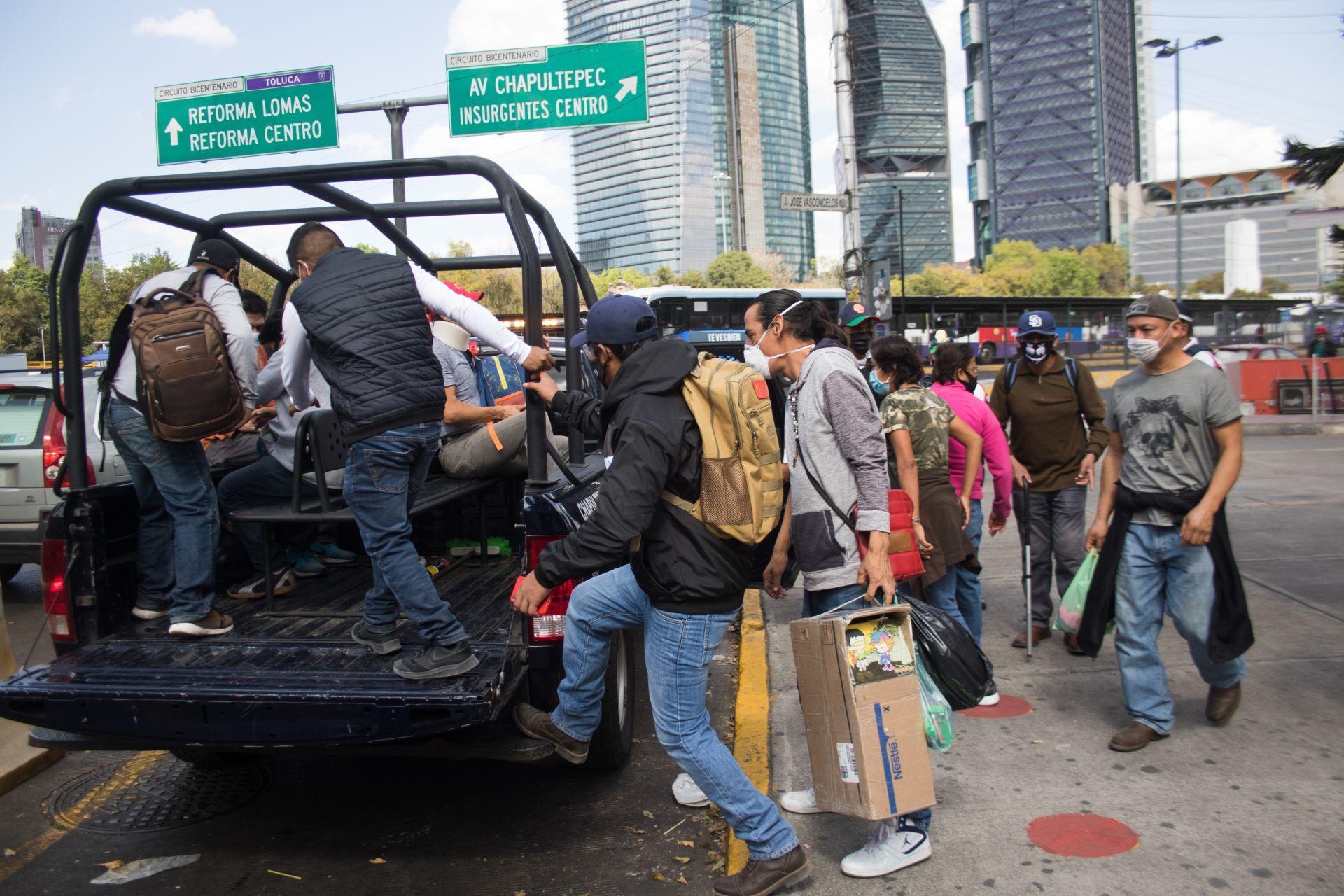 10 de enero de 2021. Ciudad de México. Usuarios suben a una camioneta de la Secretaría de Seguridad Ciudadana, quien esta brindando apoyo de transportación ante el cierre de seis estaciones del metro.