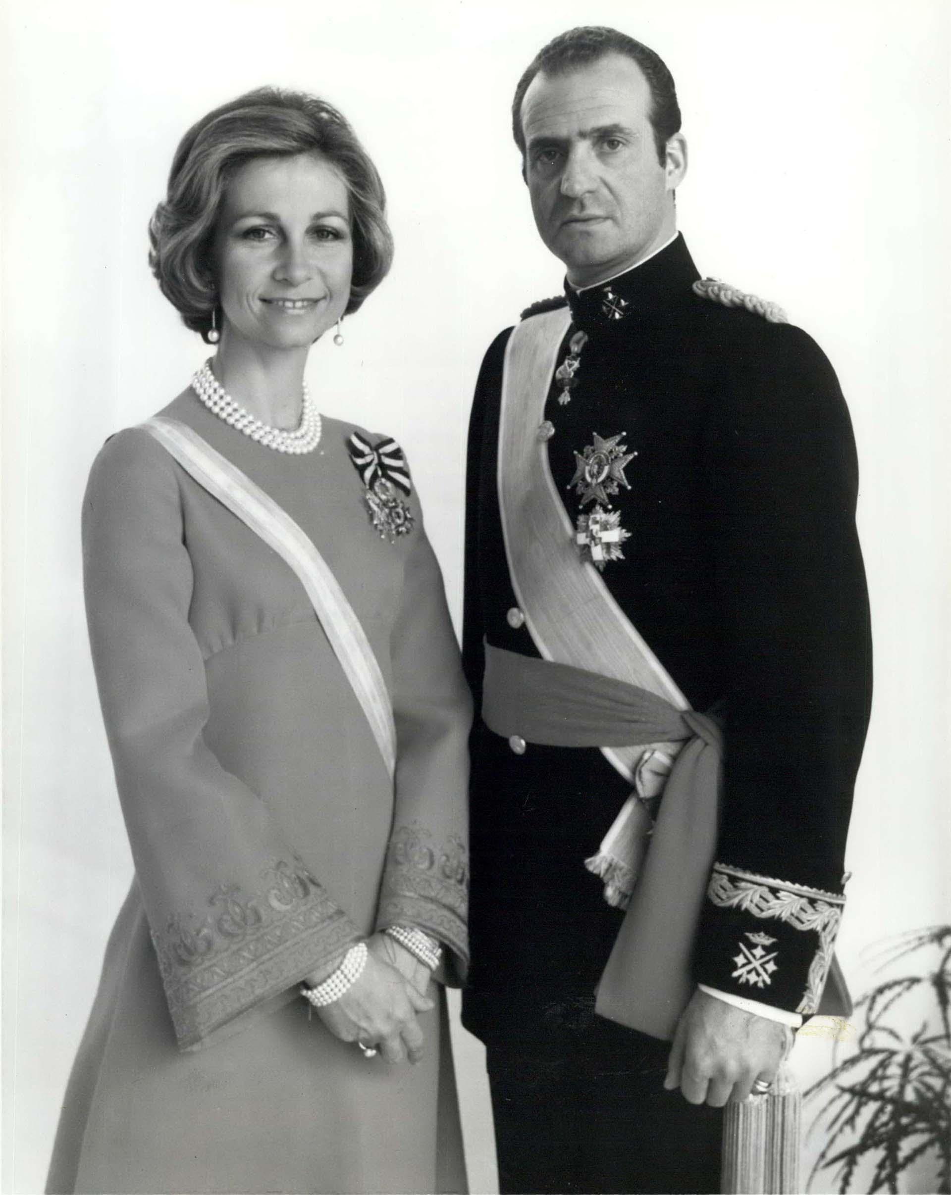 La reina Sofía y el rey Juan Carlos I de España en un retrato oficial luego de asumir su trono (Shutterstock)