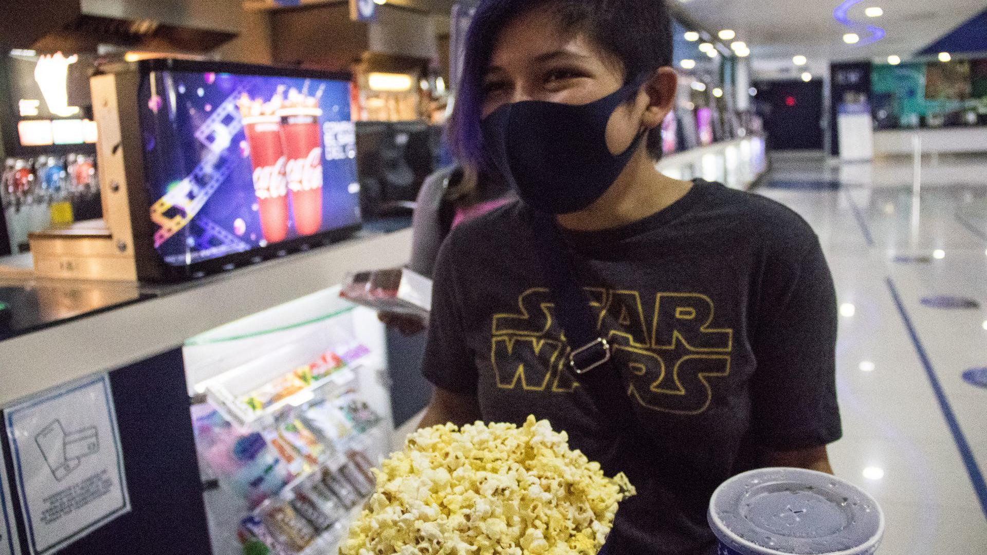Los asistentes al cine podrán retirarse el cubrebocas para consumir sus alimentos, durante las fusiones esta prohibido hablar (Foto: Cuartoscuro)