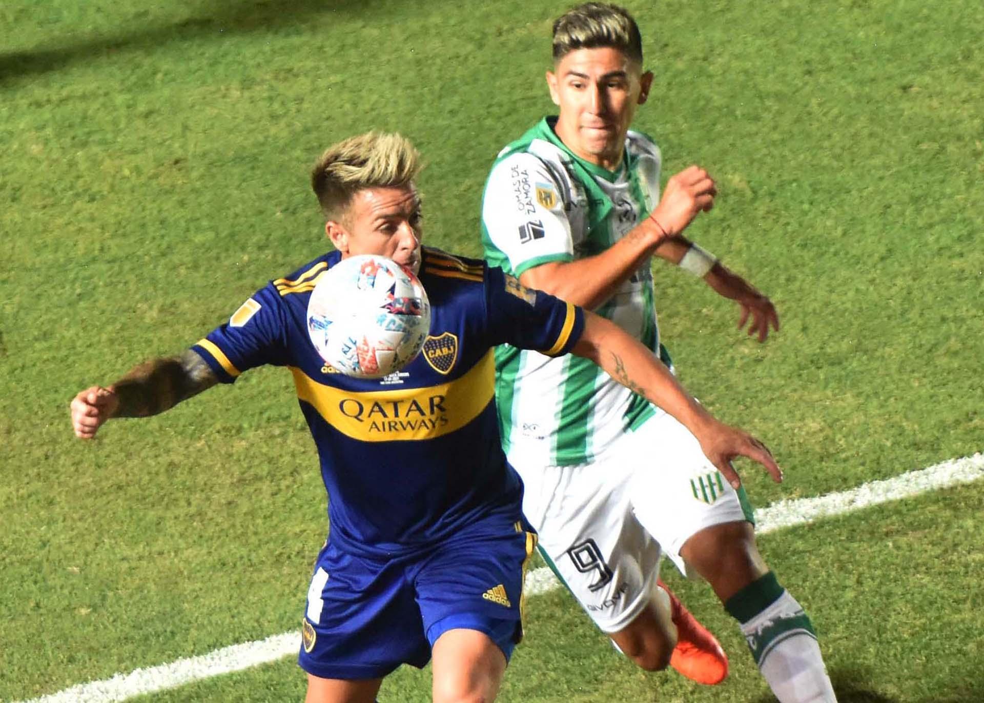 Otra disputa del balón, con el ex San Lorenzo y Ferro como protagonista
