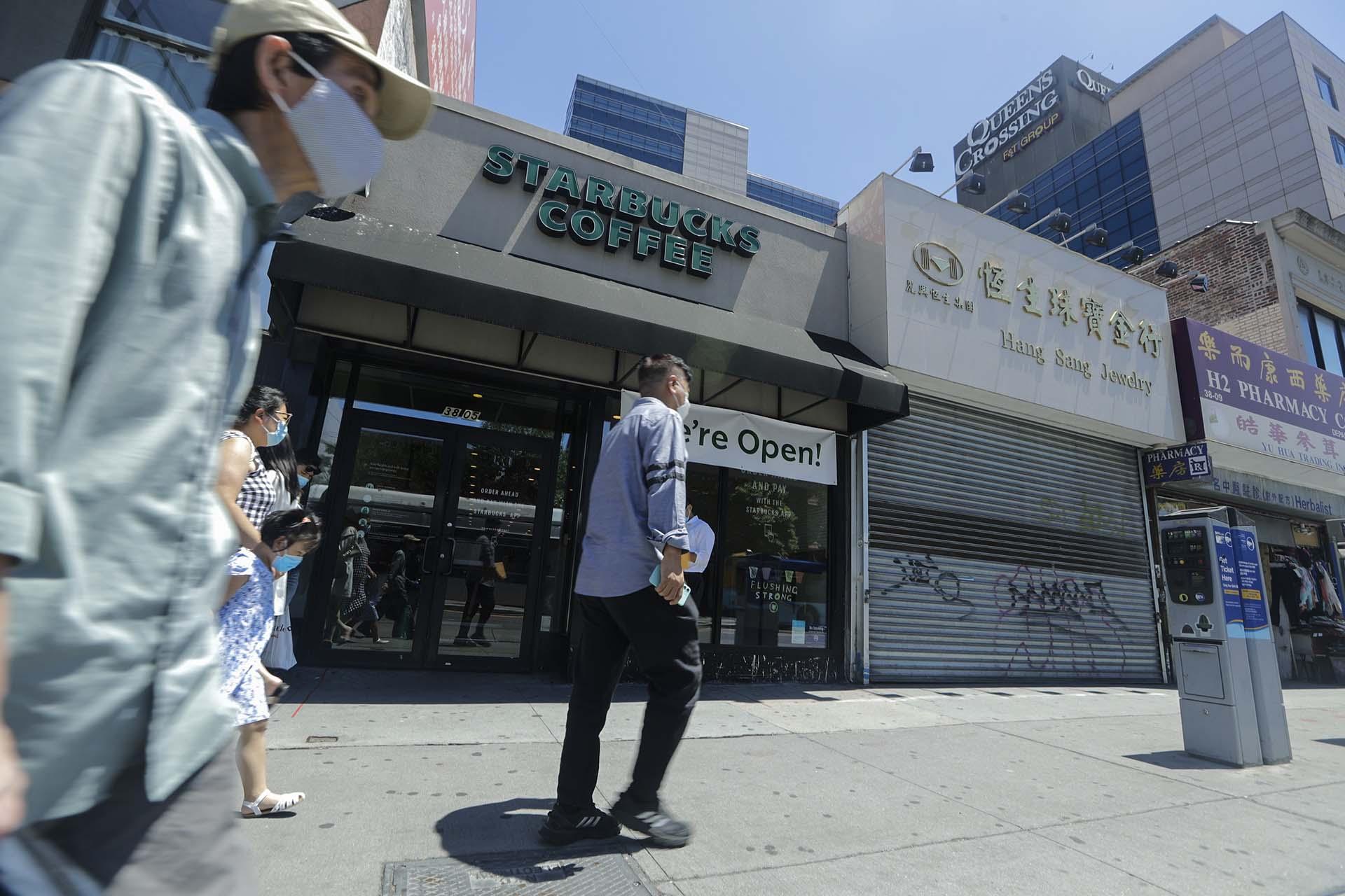 Una calle comercial de Queens, donde los negocios comenzaron a reabrir este lunes después de dos meses