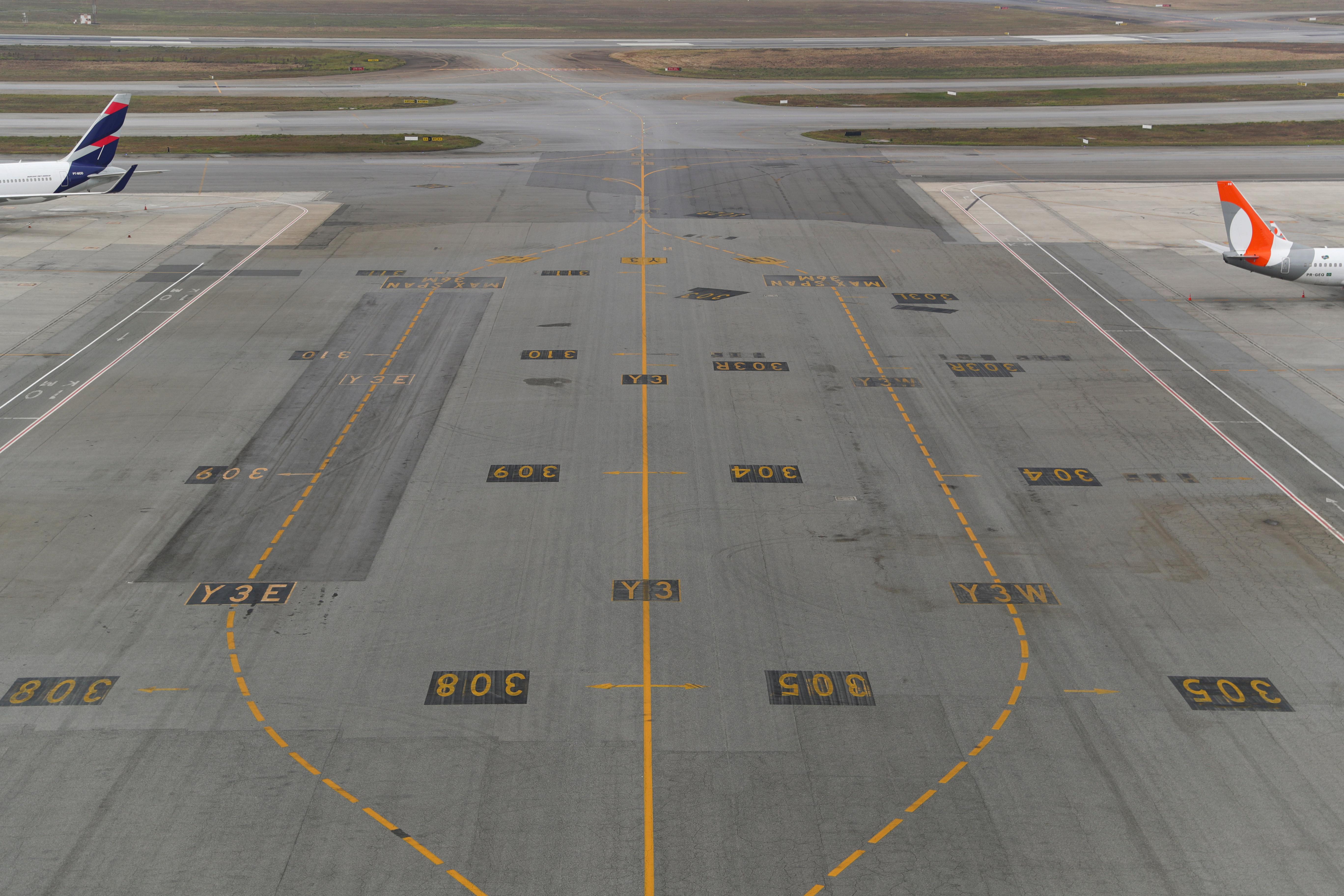 AHORA - Una pista del aeropuerto internacional Guarulhos vacía en San Pablo, Brasil (REUTERS/Amanda Perobelli)