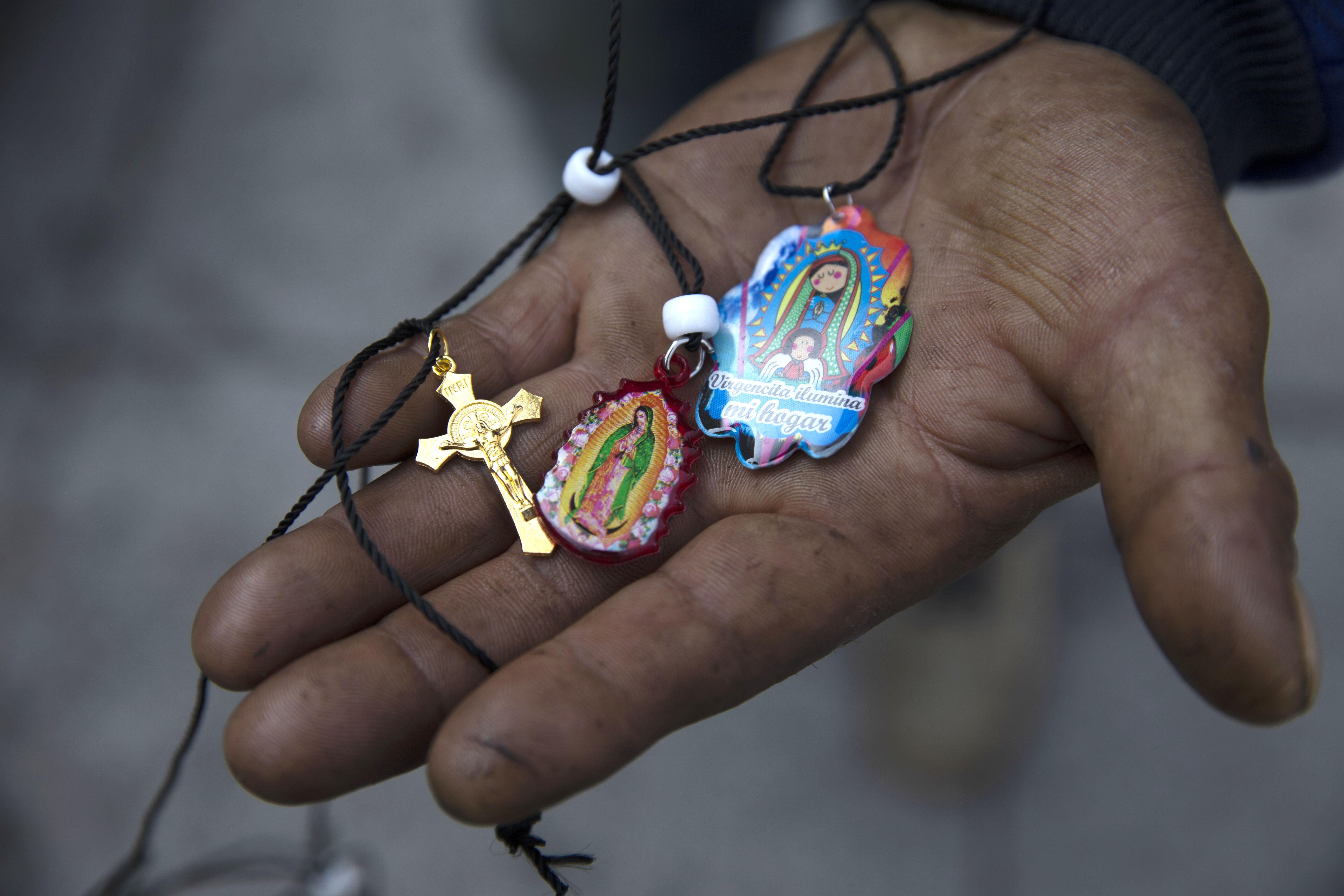 Alejandro González muestra sus medallas de la Virgen de Guadalupe. 9 de diciembre de 2020.