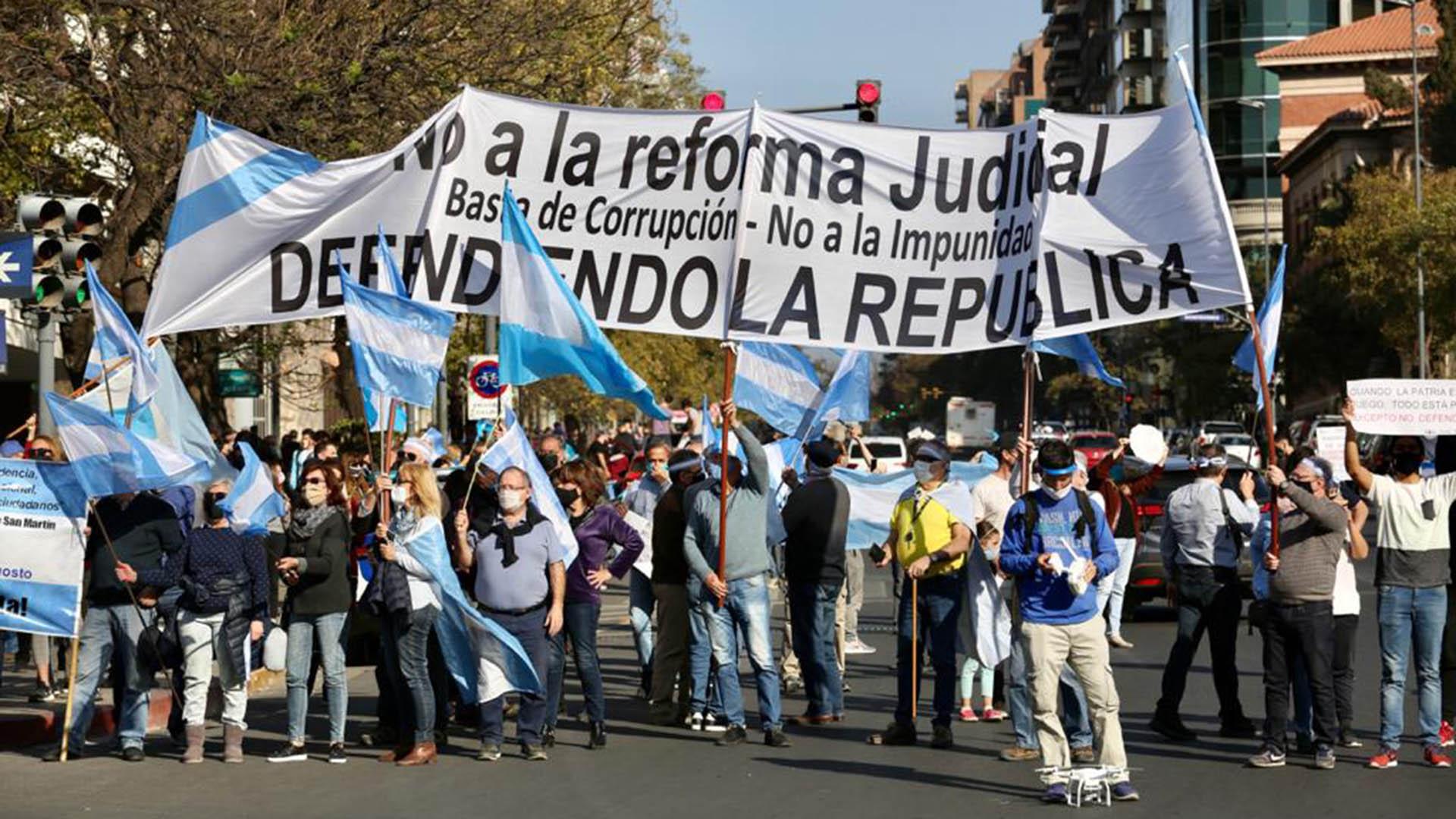 Al igual que en Capital Federal, en Córdoba las consignas del banderazo fueron la defensa de las instituciones y el rechazo a la reforma judicial impulsada por el gobierno nacional (Mario Sar)
