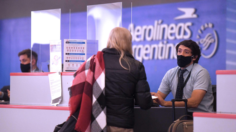 El aeropuerto internacional de Ezeiza volvió a registrar movimiento este jueves. Desde allí partieron los primeros vuelos regulares de Aerolíneas Argentinas después de siete meses de cuarentena