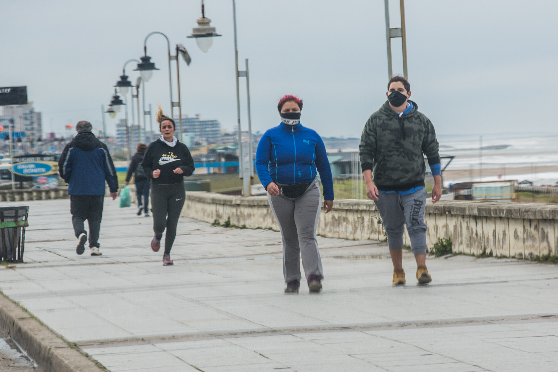 Unos caminan y otros corren. Lo importante es que Mar del Plata abrió la chance de hacer deportes y eso es motivo de felicidad. Como dice el refrán, y no miente: mente sana en cuerpo sano.