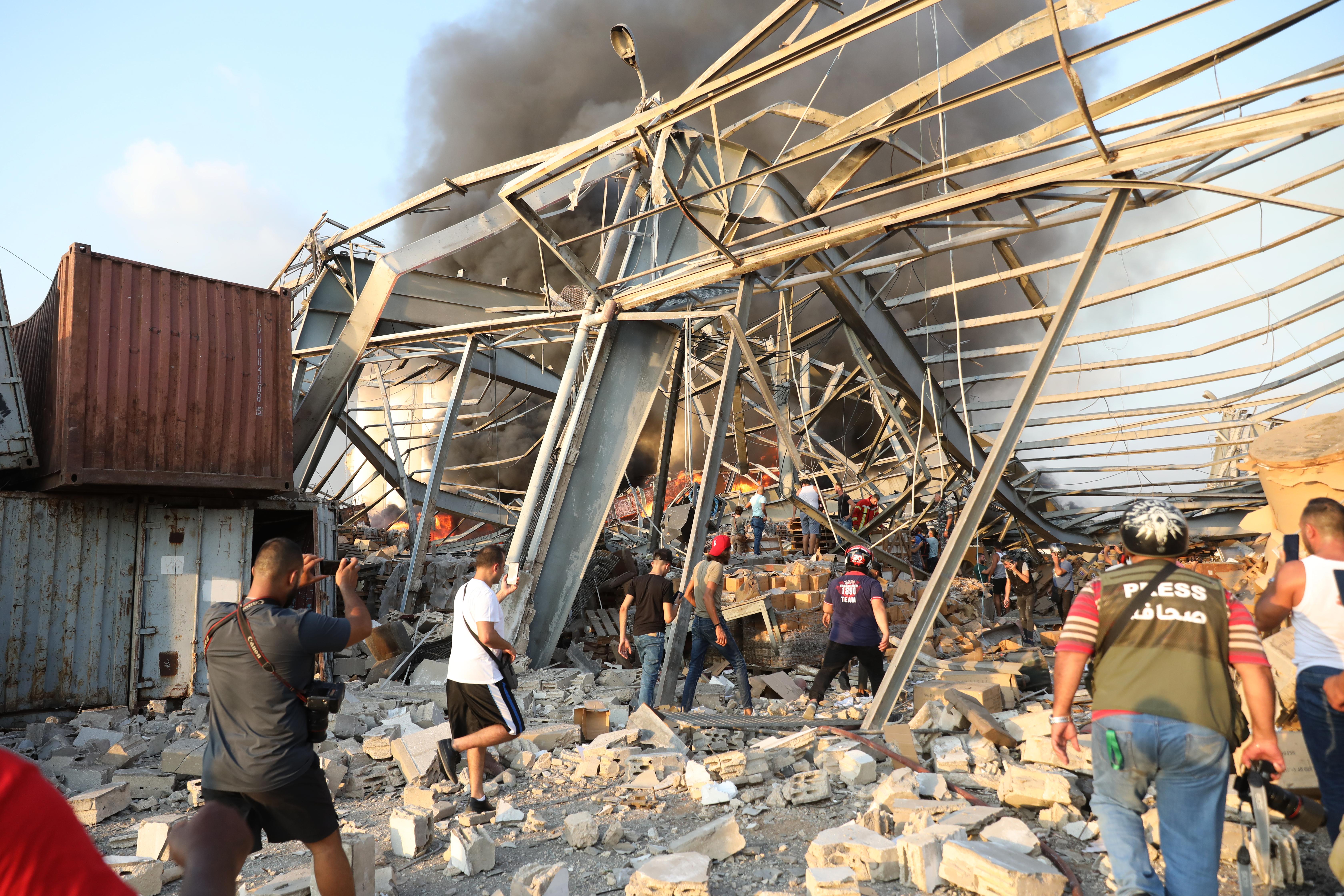 Personas buscan sobrevivientes entre los escombros (Anwar AMRO / AFP)