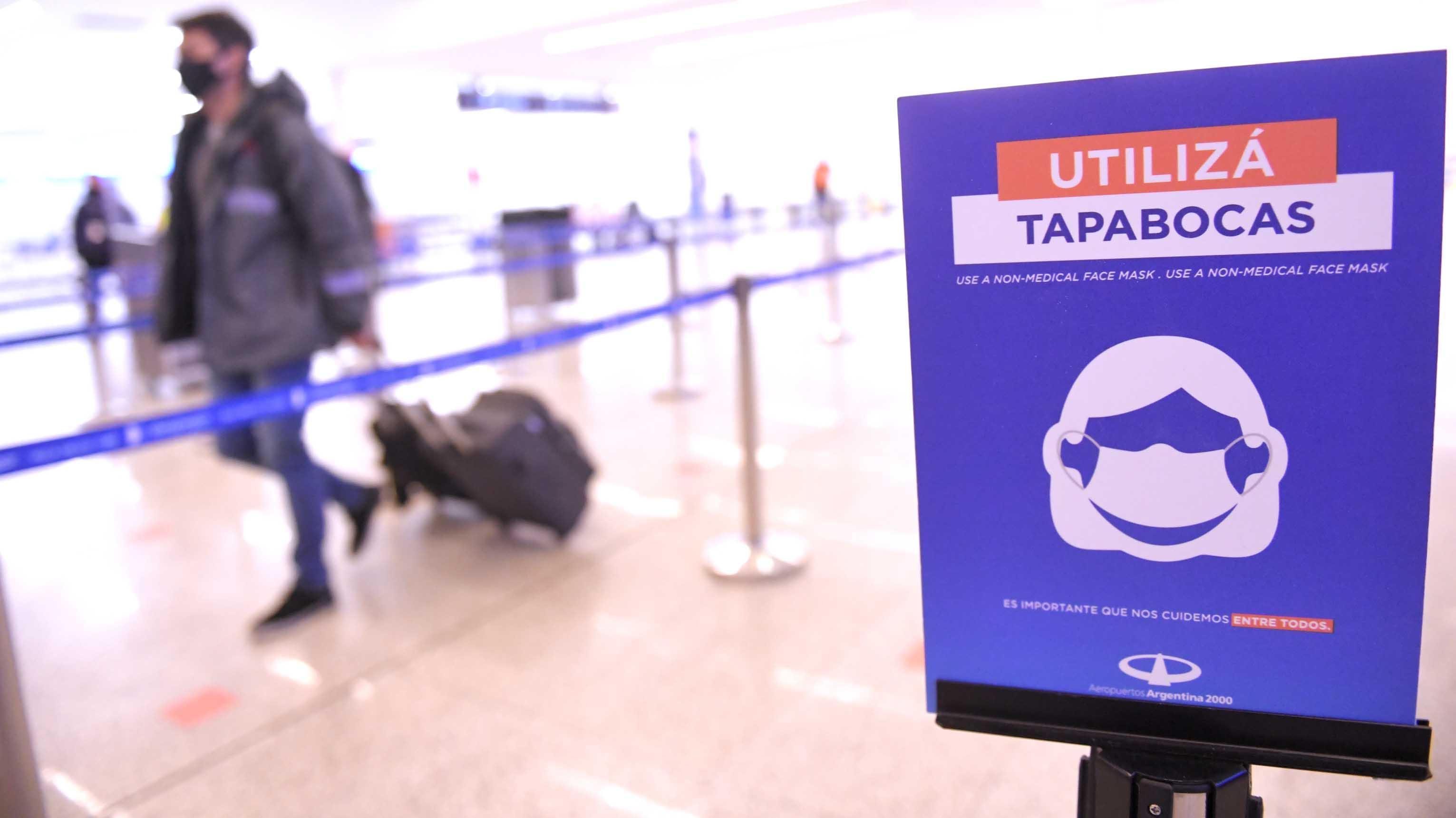 Aeropuertos Argentinas 2000, la concesionaria de Ezeiza, instaló carteles y recomendaciones para que todos los pasajeros lleguen preparados a la hora de abordar su vuelo