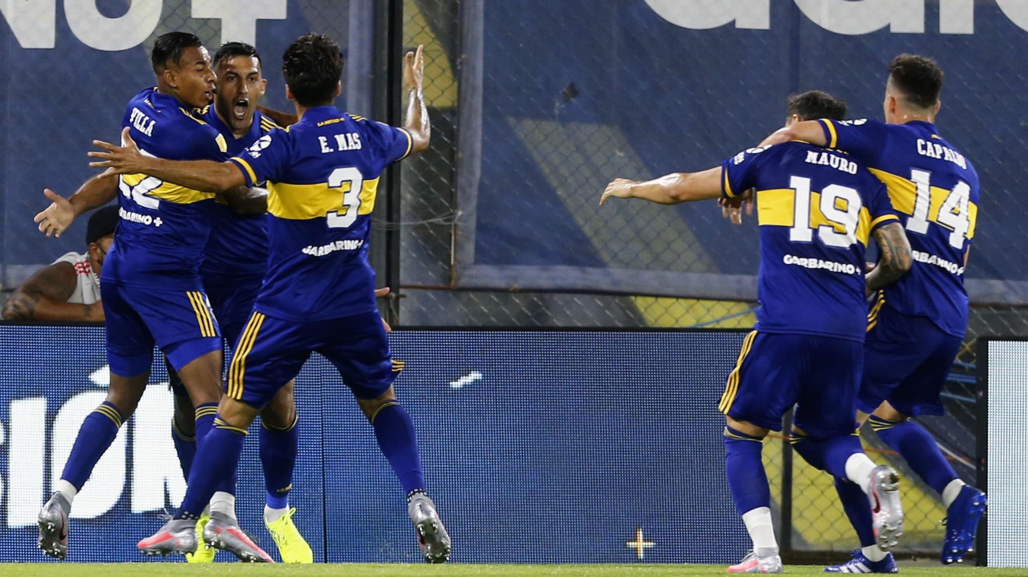 Mas (asistidor) y Villa abrazan a Wanchope Ábila en la apertura del marcador (Fotobaires)