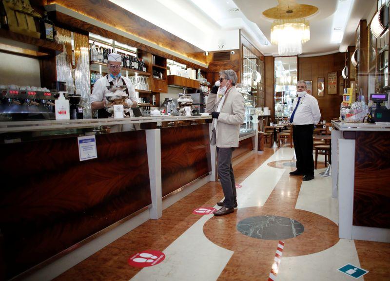 Un hombre toma un café en un bar, Milán, Italia, 18 mayo 2020 (Reuters/ Alessandro Garofalo)