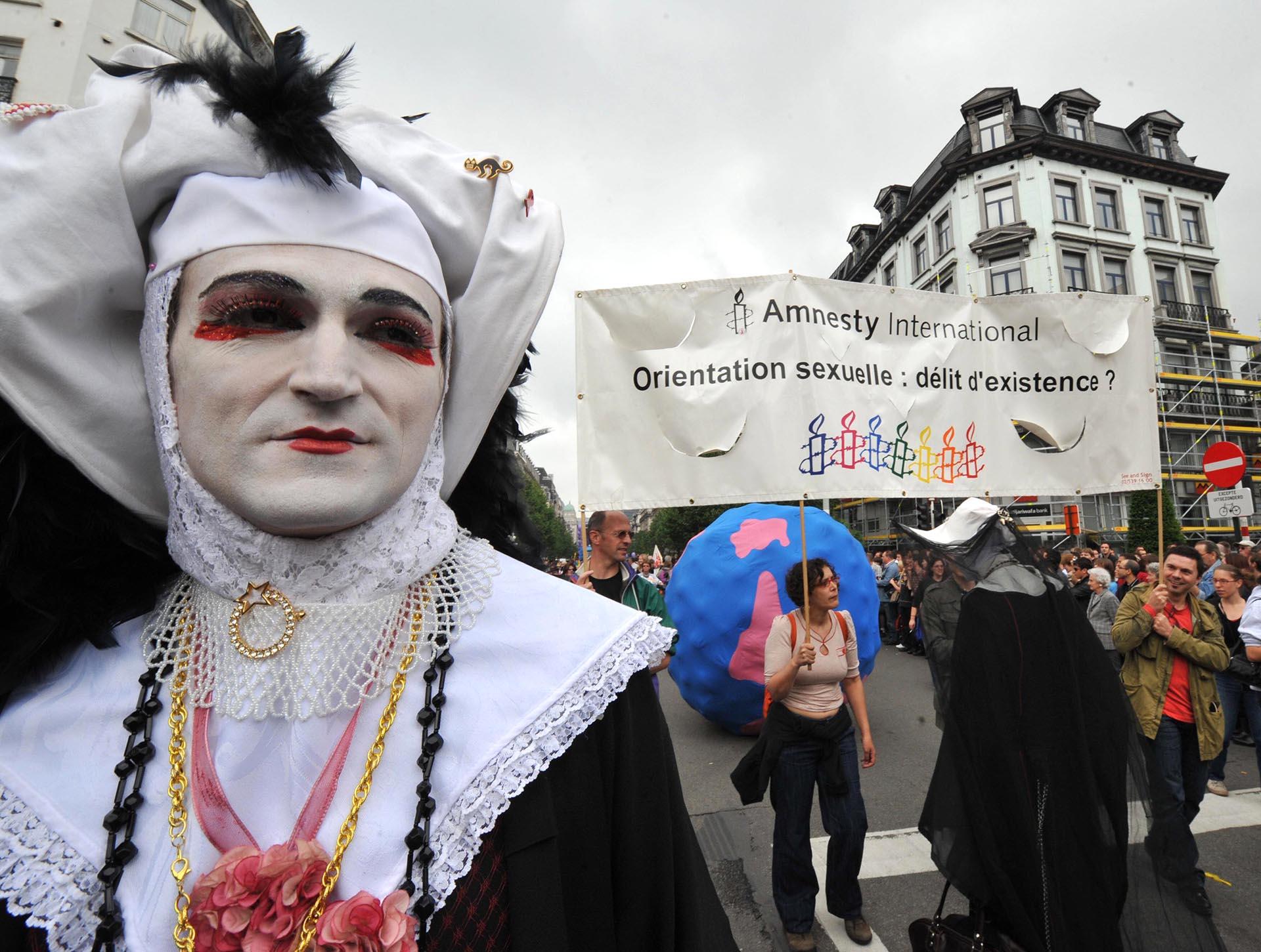 Una multitud marchó durante un desfile del Orgullo el 17 de mayo de 2008 en el centro de Bruselas. Francia planeaba pedir a las Naciones Unidas que presionara para que la homosexualidad sea despenalizada en todo el mundo, mientras los gays y lesbianas de todo el mundo marcaban el Día Internacional contra la Homofobia, que se puso en marcha en 2005 para conmemorar el día en que en 1990 la Organización Mundial de la Salud eliminó la homosexualidad de su lista de trastornos. El letrero dice