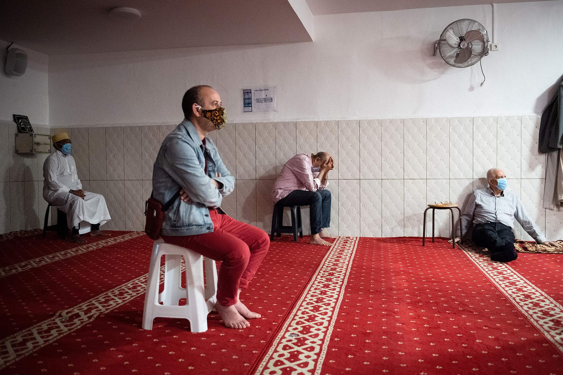 Fieles musulmanes en el rezo del atardecer en la mezquita de Tahara, en Marsella, al sur de Francia.