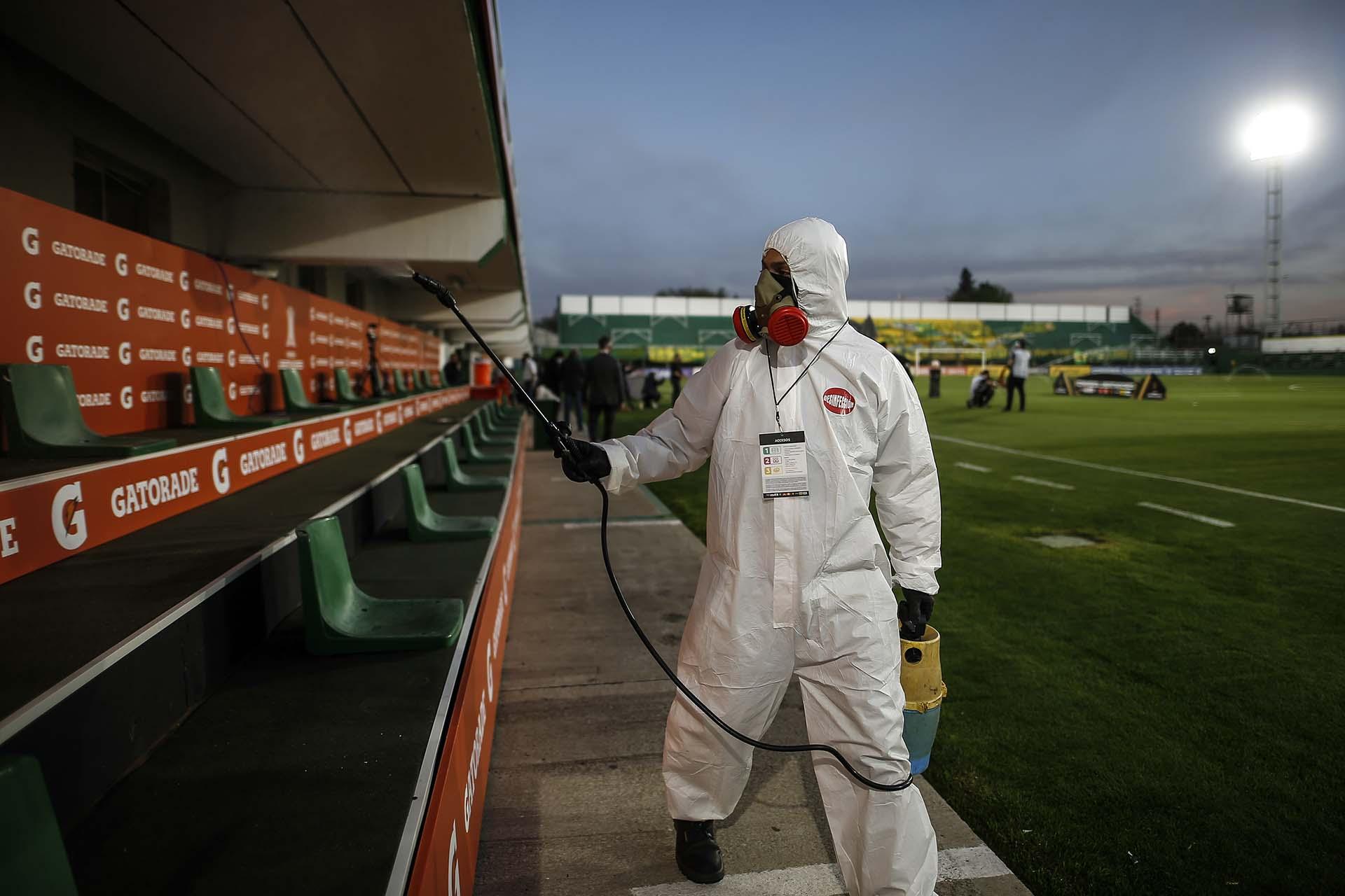Desinfección en los bancos de suplente de Florencio Varela (Juan Ignacio Roncoroni / POOL / AFP)