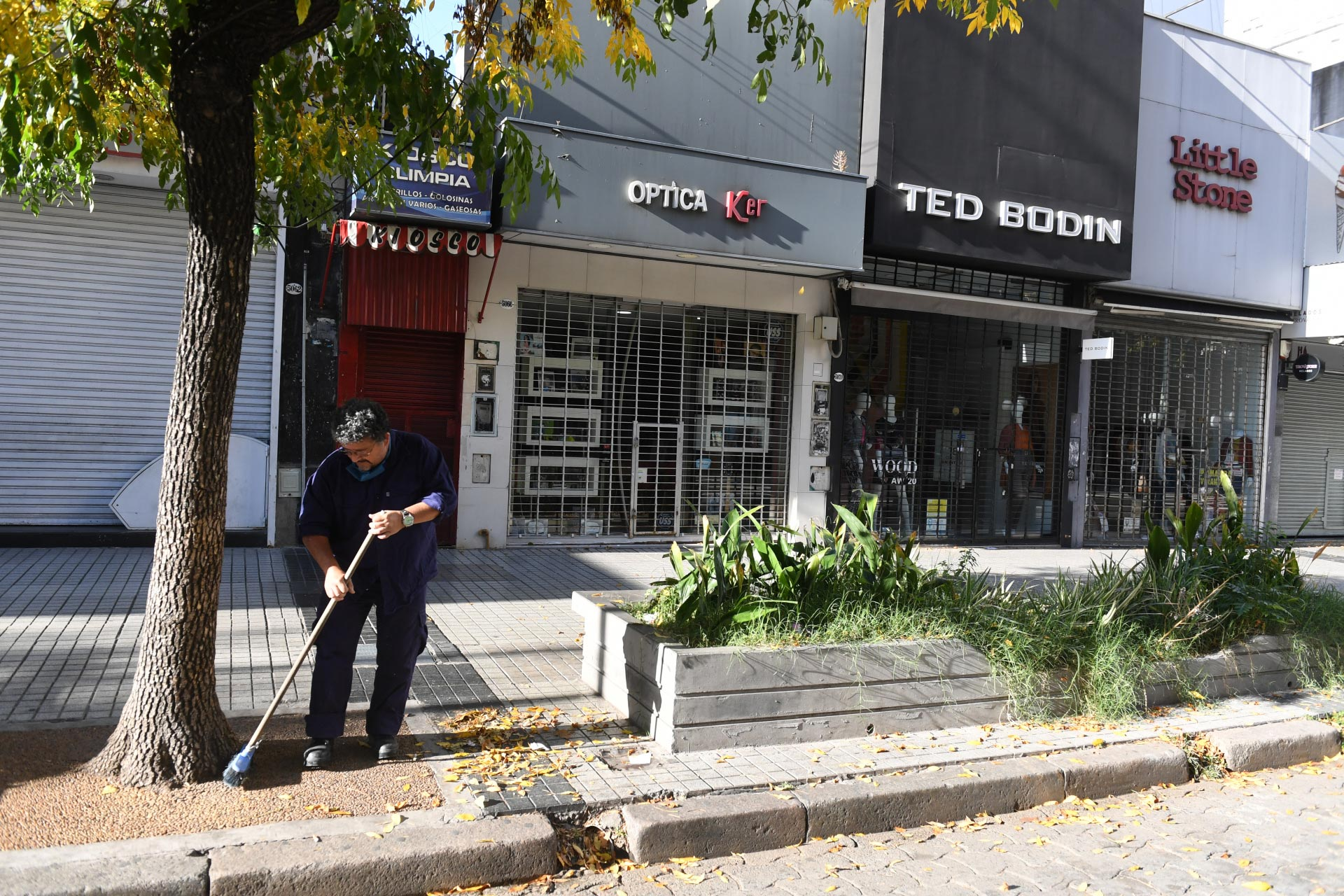 Negocios cerrados en Rivadavia al 5000, barrio de Caballito.