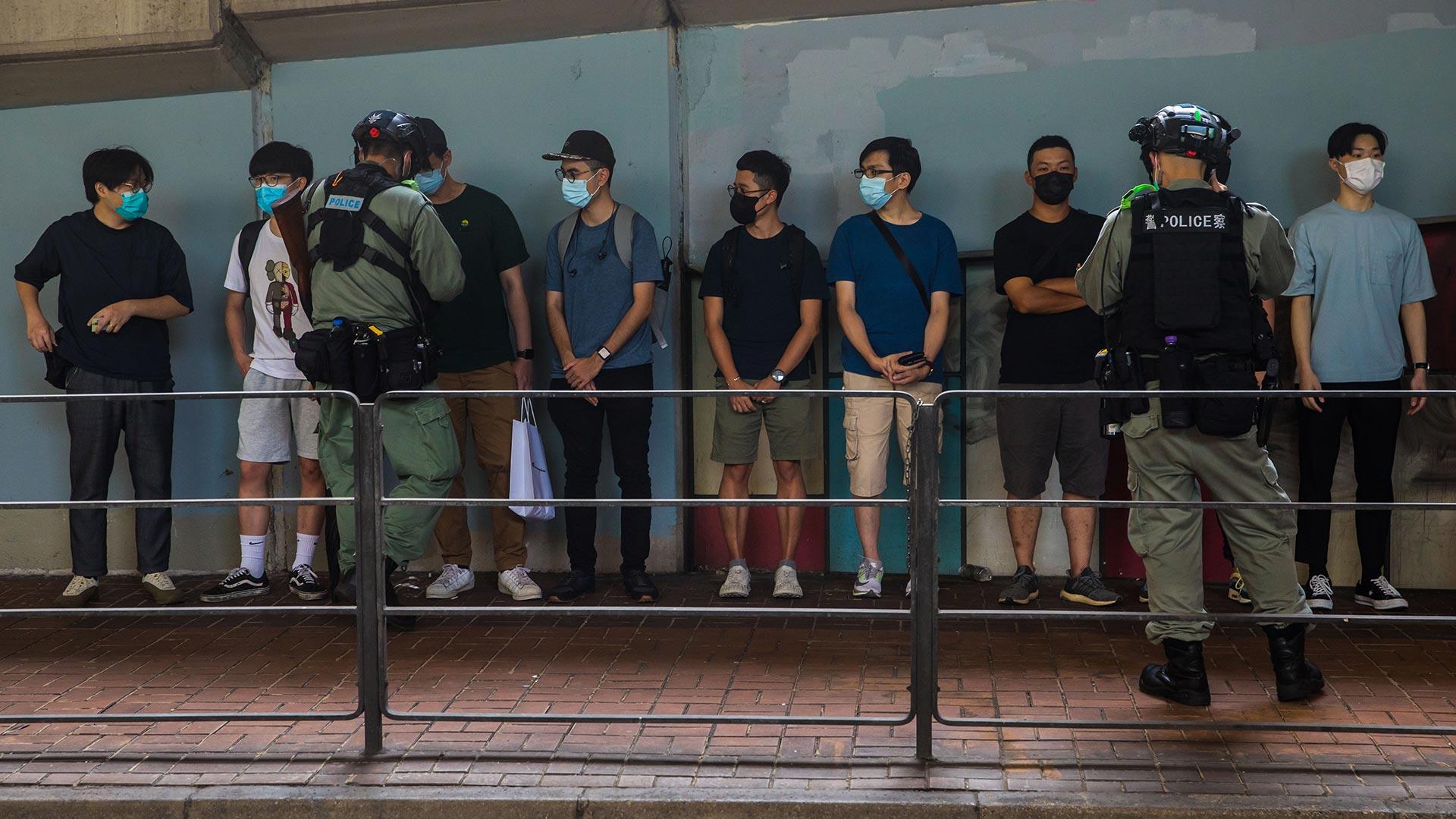 La policía interroga a algunos de los manifestantes