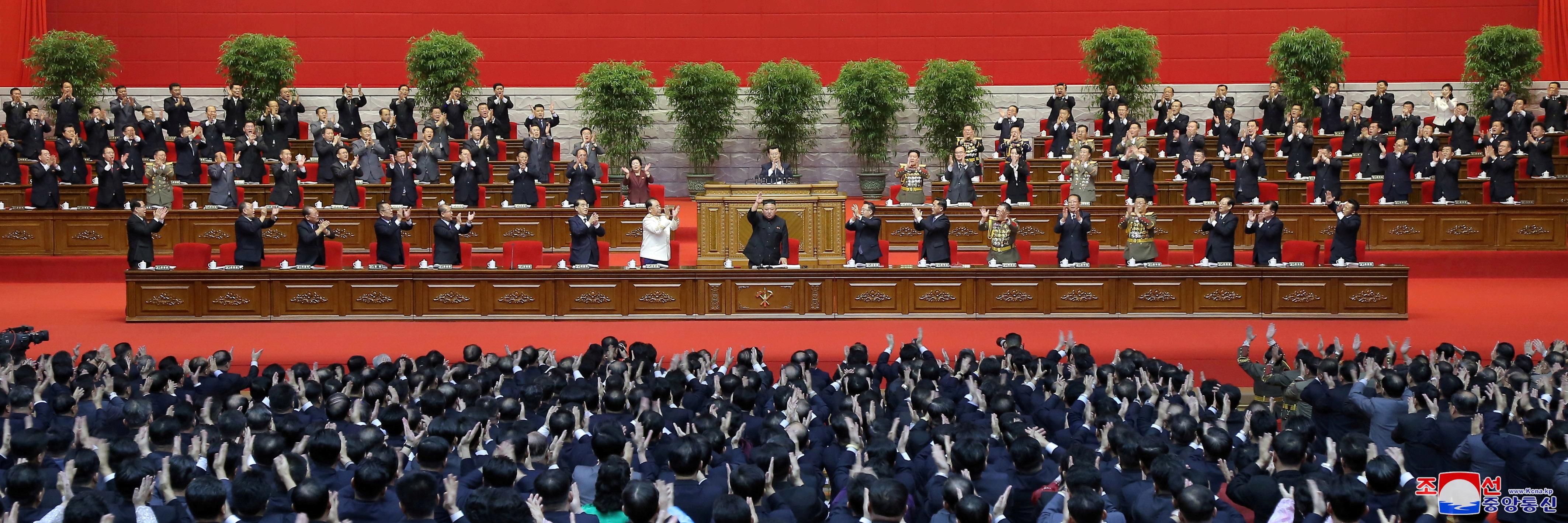 El dictador norcoreano Kim Jong-un recibe aplausos en el 8º Congreso del Partido de los Trabajadores en Pyongyang (Reuters)