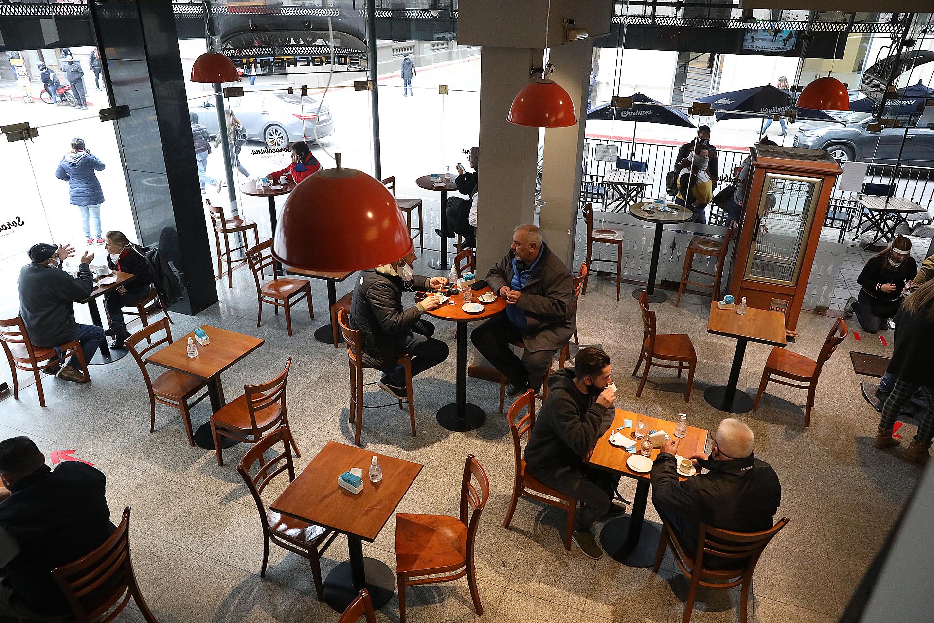 Los bares y los restaurantes tienen habilitadas el 50% del total de mesas