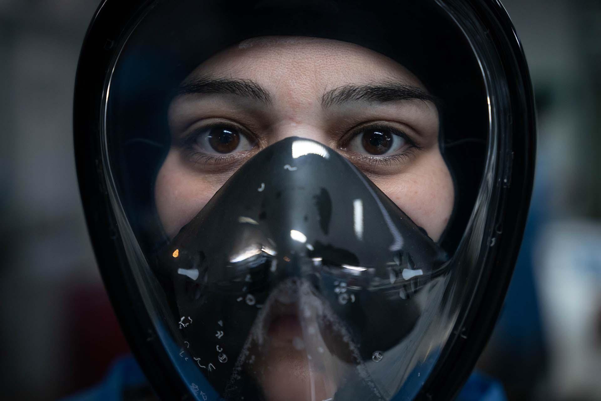 La doctora Juliana Torquati con una máscara de snorkel adaptada para uso médico. Las donó la ONG