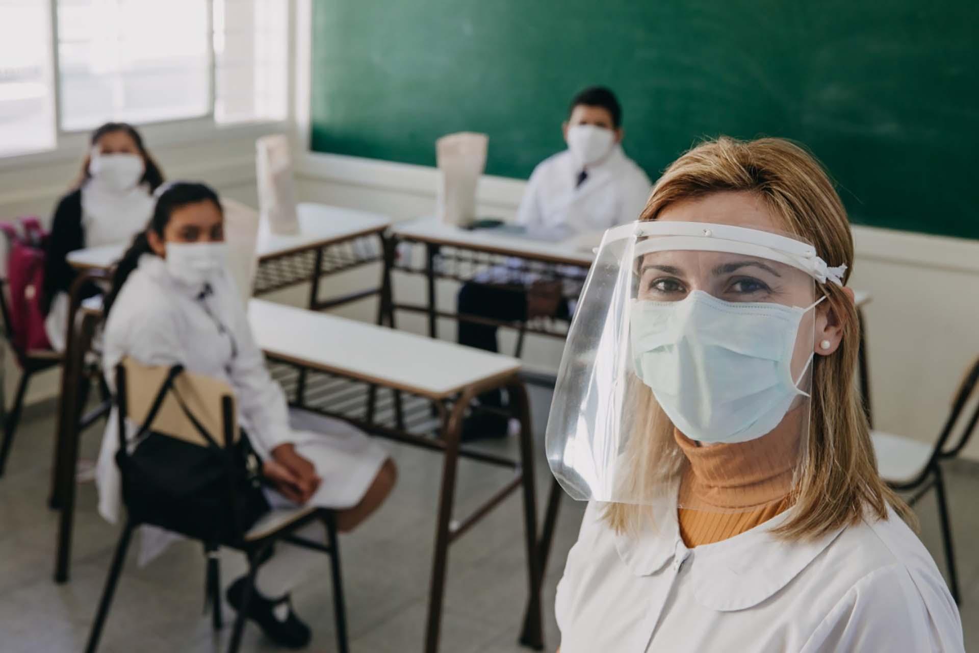 San Juan fue la primera provincia en retomar las clases presenciales el lunes 10 de agosto. Lo hizo con un protocolo especial y un sistema bimodal, que incluyó plataformas electrónicas y el envío de guías de estudio. La medida se aplicó en más de 10 mil alumnos