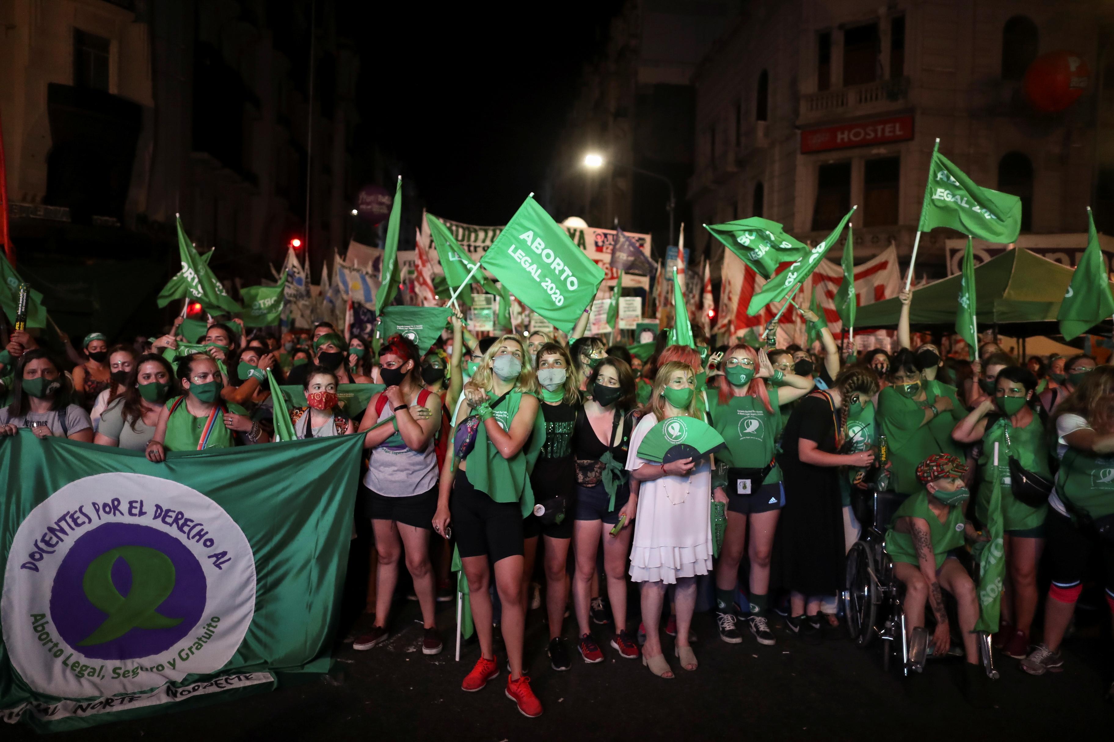 Una multitud de mujeres celebró la sanción de la ley (REUTERS)