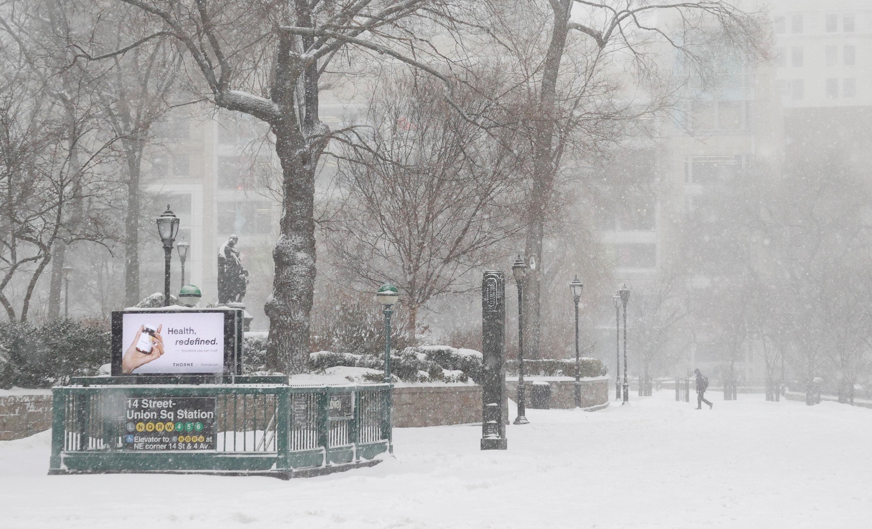 Un hombre camina por la nieve a lo largo de Union Square, durante la tormenta de nieve en Nueva York (EFE/EPA/JASON SZENES)
