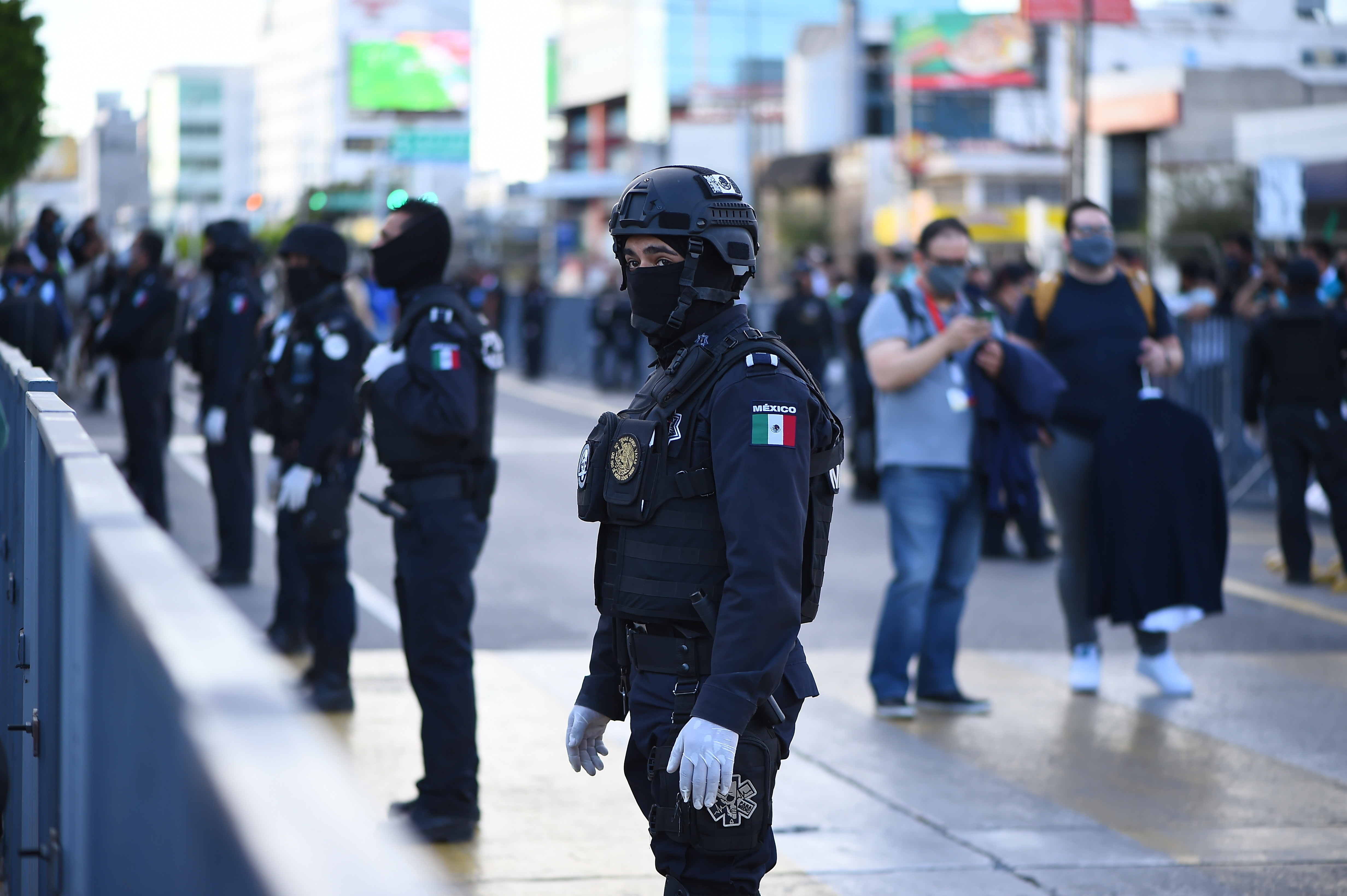Policías fuera del estadio antes del partido. Estadio León, México. El 13 de diciembre de 2020.