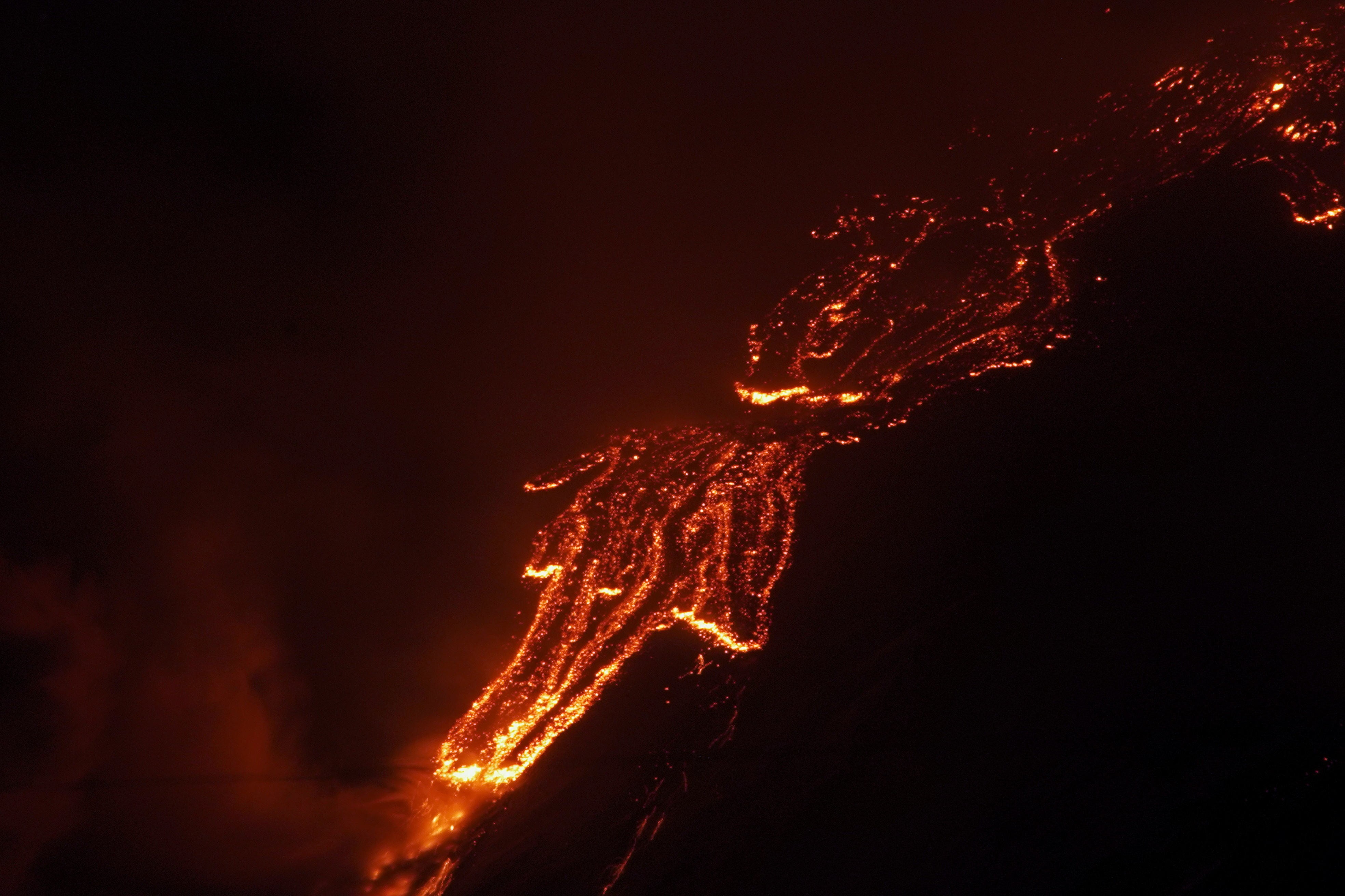 Con una espectacular erupción de lava y llamas, el volcán Etna ilumina el cielo nocturno de Italia (Foto Reuters/Antonio Parrinello)