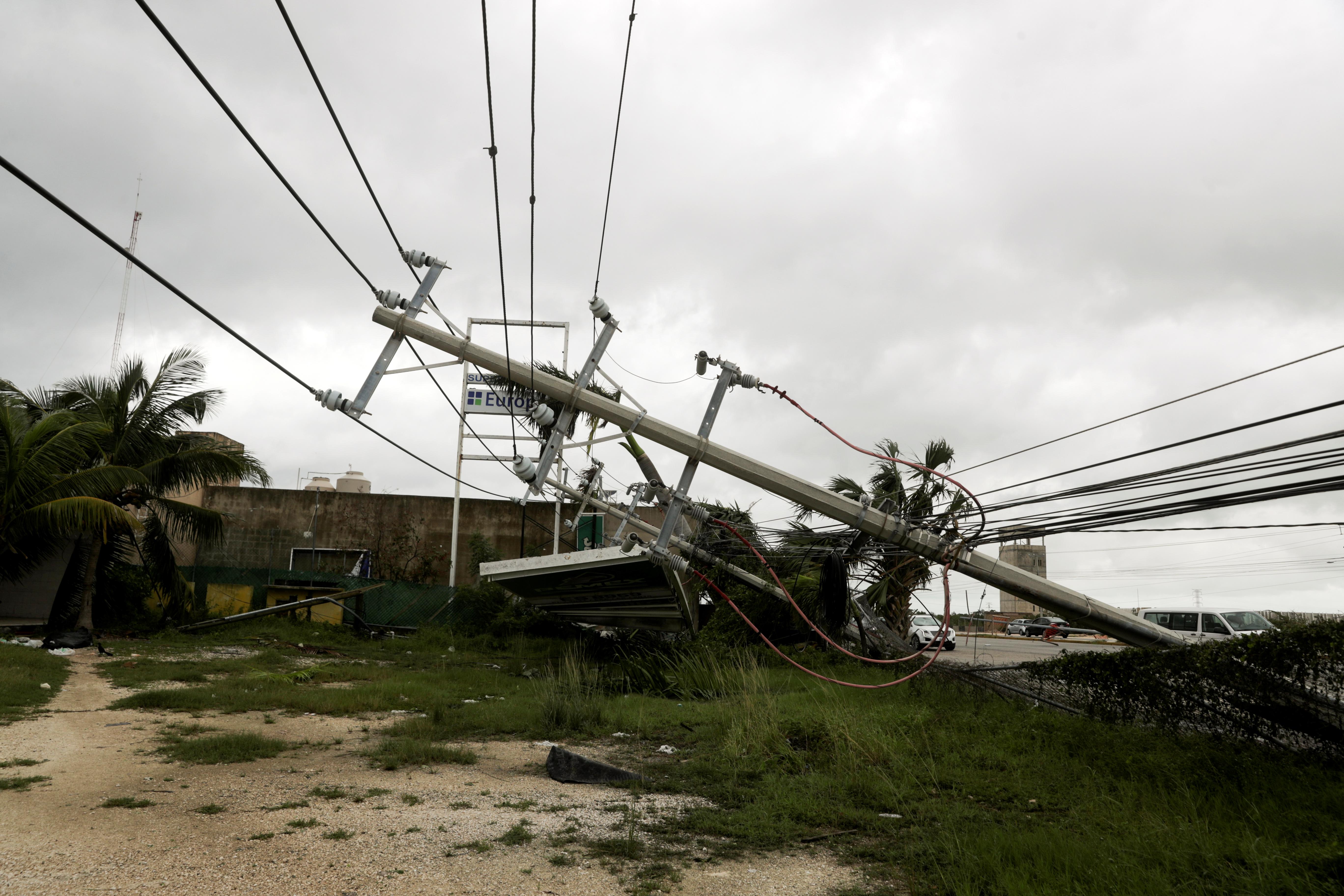 Se ve un poste de electricidad caído después del huracán Delta, en Cancún, en el estado de Quintana Roo, México, el 7 de octubre de 2020.