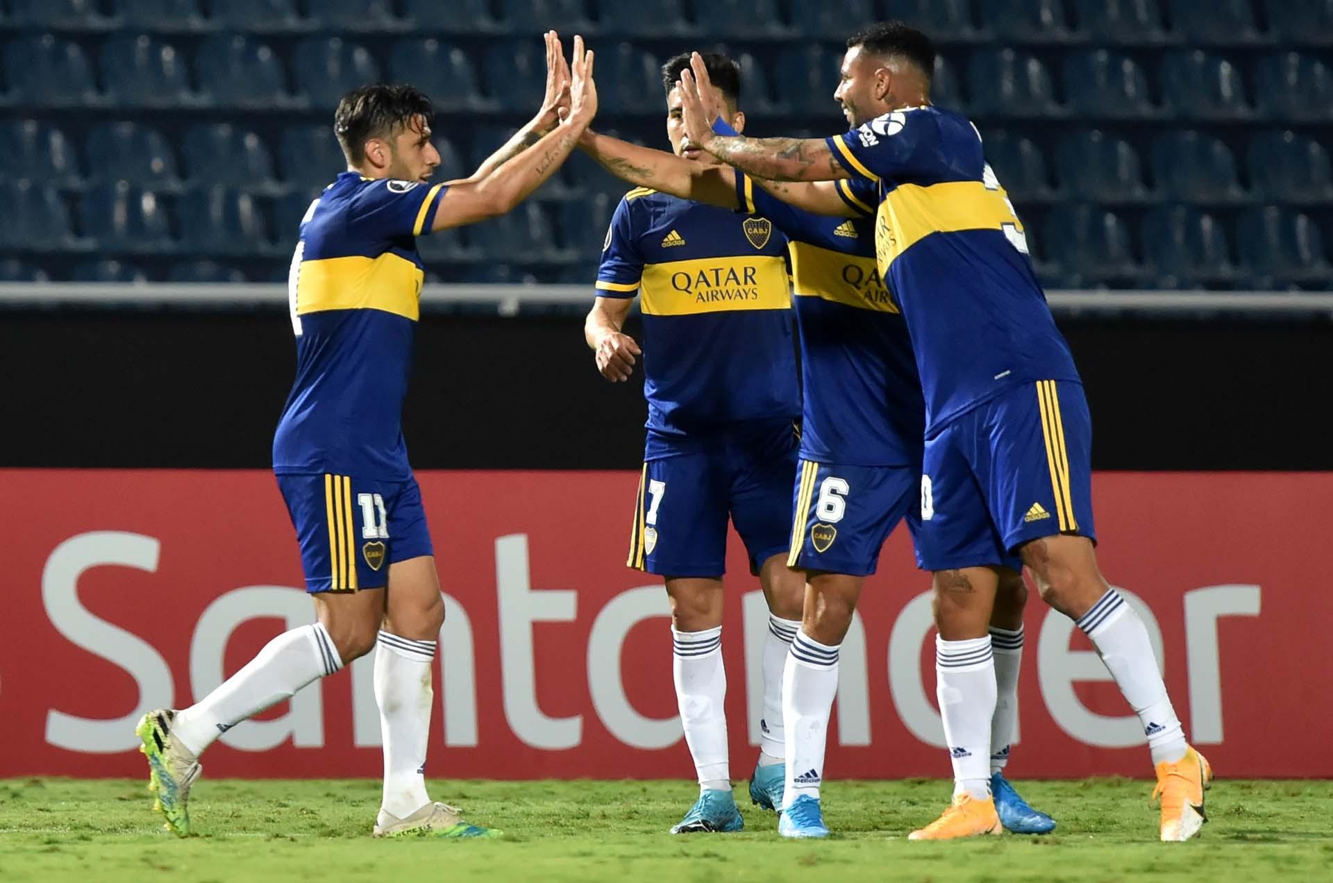 Salvio le agradece a Cardona la asistencia en el 2-0 de Boca (REUTERS/Norberto Duarte)