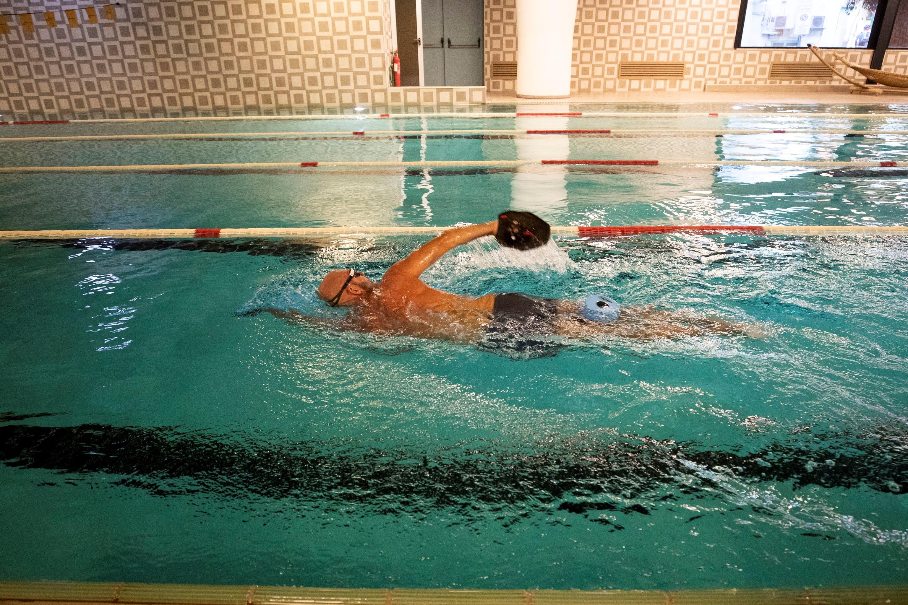 En las piscinas públicas y los parques acuáticos habrá que mantener una distancia de 7 m² entre personas en el agua y de un metro y medio entre tumbonas. (EFE/EPA/MASSIMO PERCOSSI)