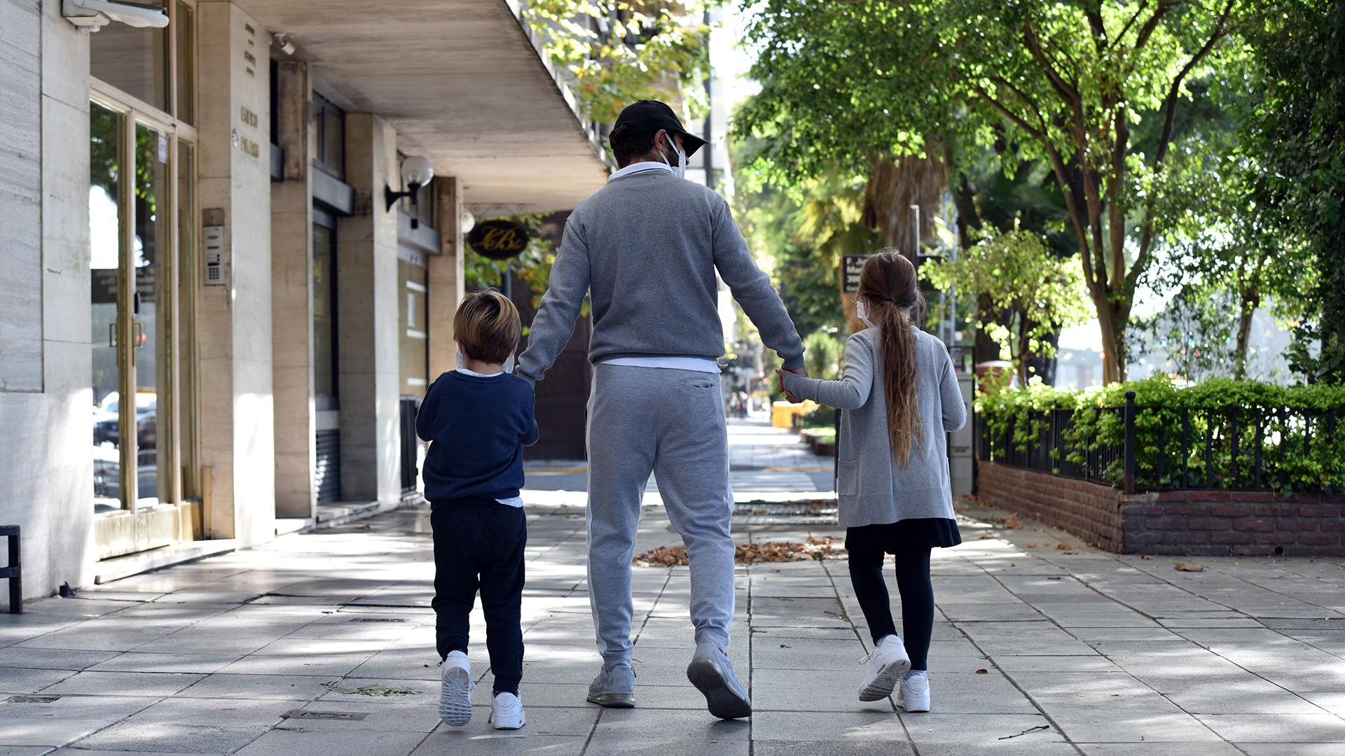 Desde el 1° de mayo, el Gobierno nacional autorizó que los niños y adolescentes hijos de padres separados puedan romper la cuarentena una vez por semana para alternar entre las casas de sus padres.