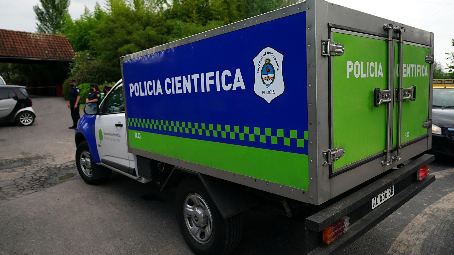 La policía científica, en el momento del traslado del cuerpo para la realización de la autopsia en San Fernando (Franco Fafasuli)