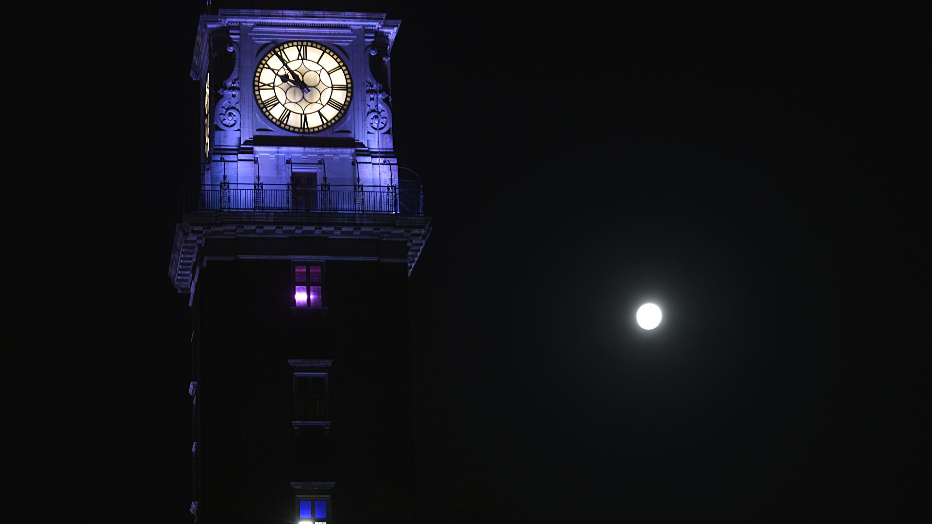 Durante la madrugada, la luna atravesó la penumbra de la tierra, el cono exterior y más débil de la sombra de nuestro planeta.